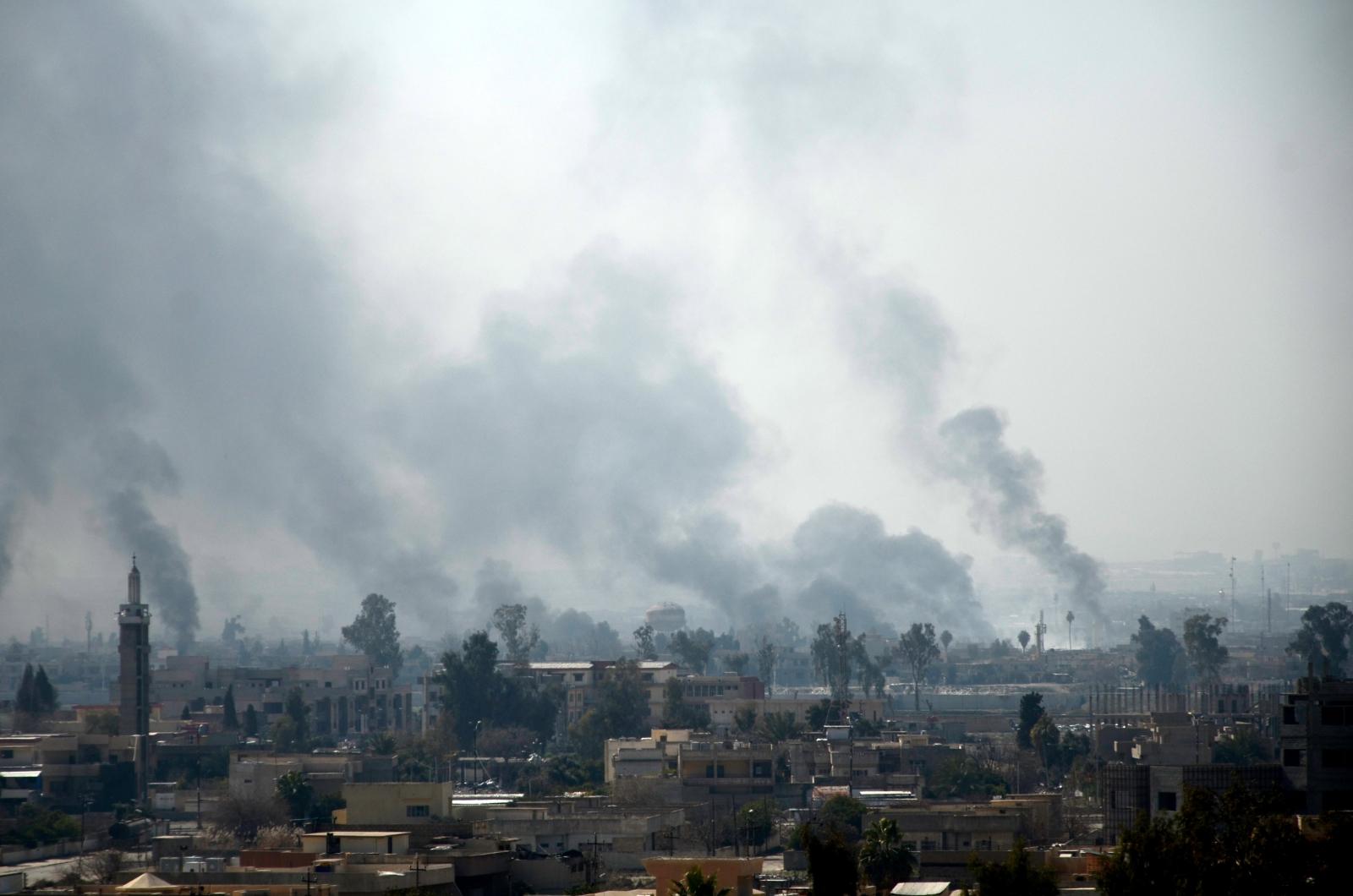 Widok na dym z zachodniej części Mosulu w której podejmowane są działania militarne przeciwko Państwu Islamskiemu.
