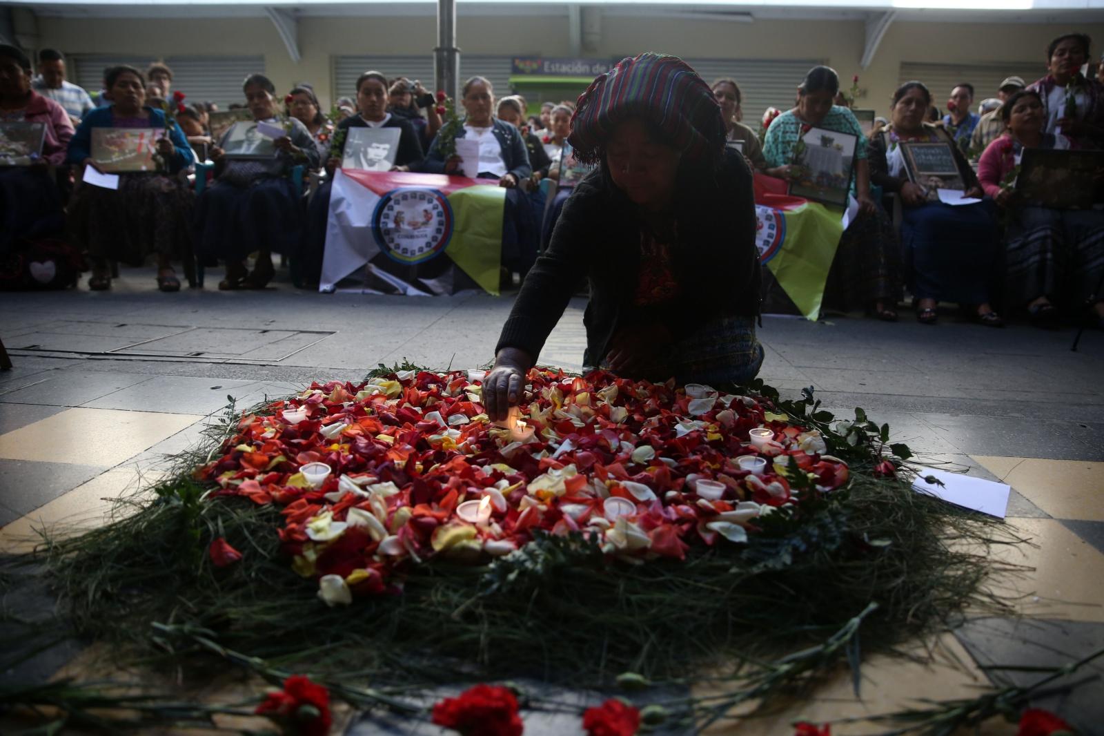 Kobieta składa kwiaty na wieńcu z okazji Dnia Godności Ofiar Konfliktu Wewnętrznego w Gwatemali.