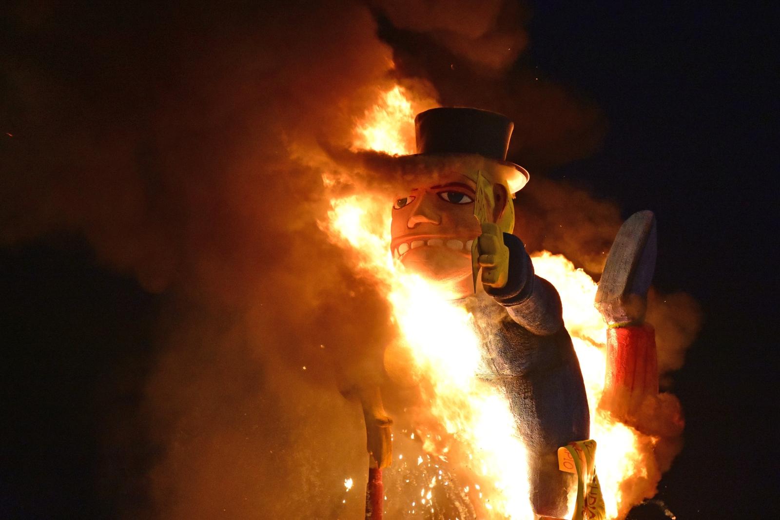 Palenie karnawałowego króla w trakcie parady w Nafplio, Grecja