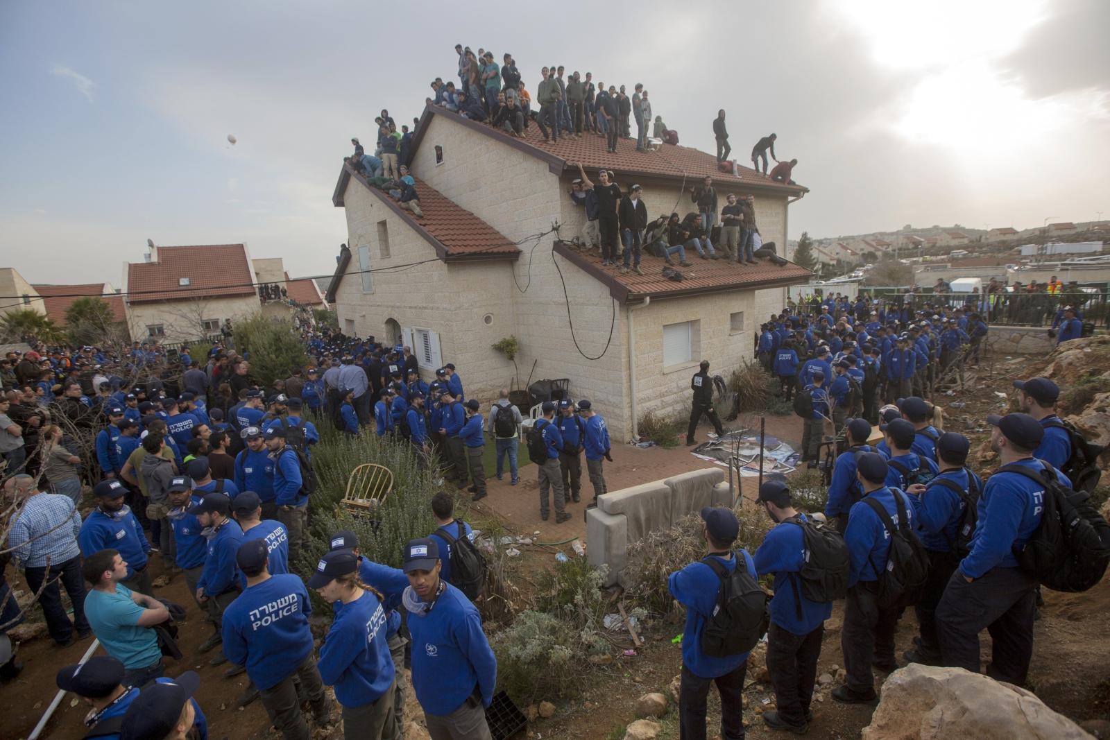 Osadnicy próbują uniknąć gwałtownej eksmisji, Ofra, Izrael.
