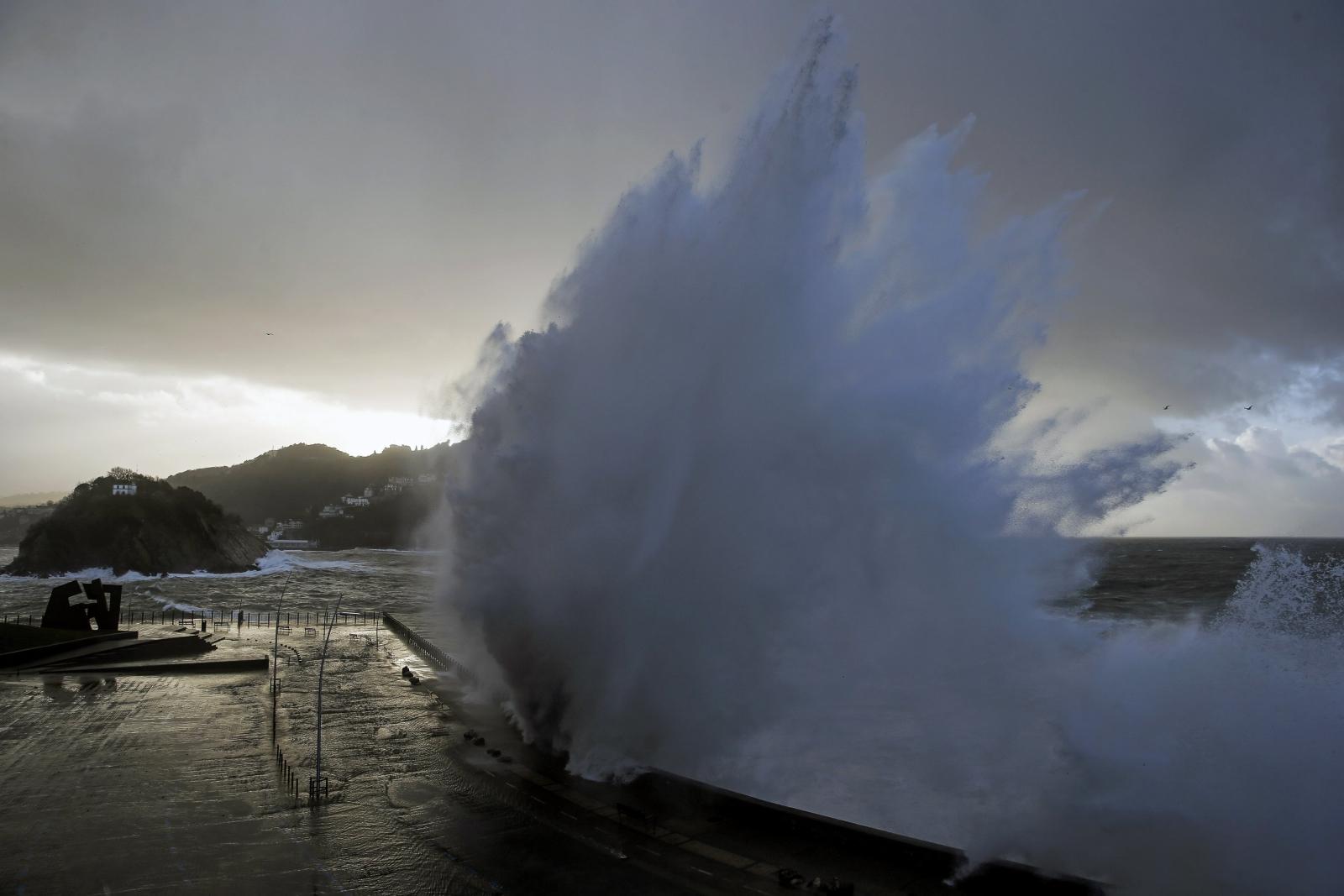 Ogromne fale w San Sebastian, północna Hiszpania.