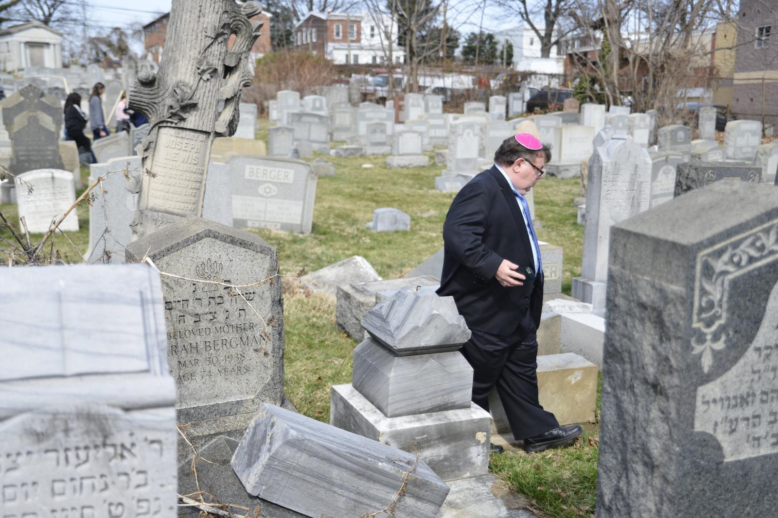 Zdewastowany żydowski cmentarz w Filadelfii, Pensylwania, USA.