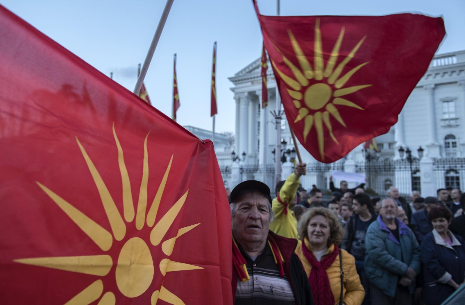 Zwolennicy Obywatelskiej Inicjatywy dla Zjednoczonej Macedonii niosą stare macodeńskie flagi i krzyczą antyrządowe hasła pod budynkiem rządu w Skopje, Macedonia.