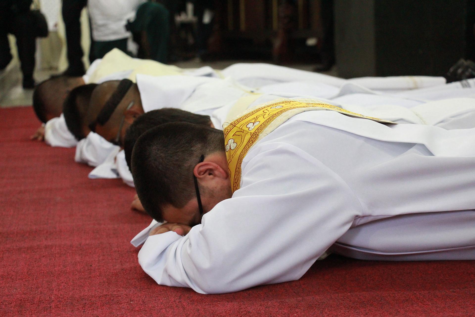 Niektórzy powołani są do bycia księżmi, co w praktyce oznacza pracę duszpasterskiej i posługę ludowi Bożemu. Czy Cię to dotyczy, czy też nie, zachęcamy do sprawdzenia się w quizie o sakramencie kapłaństwa.
