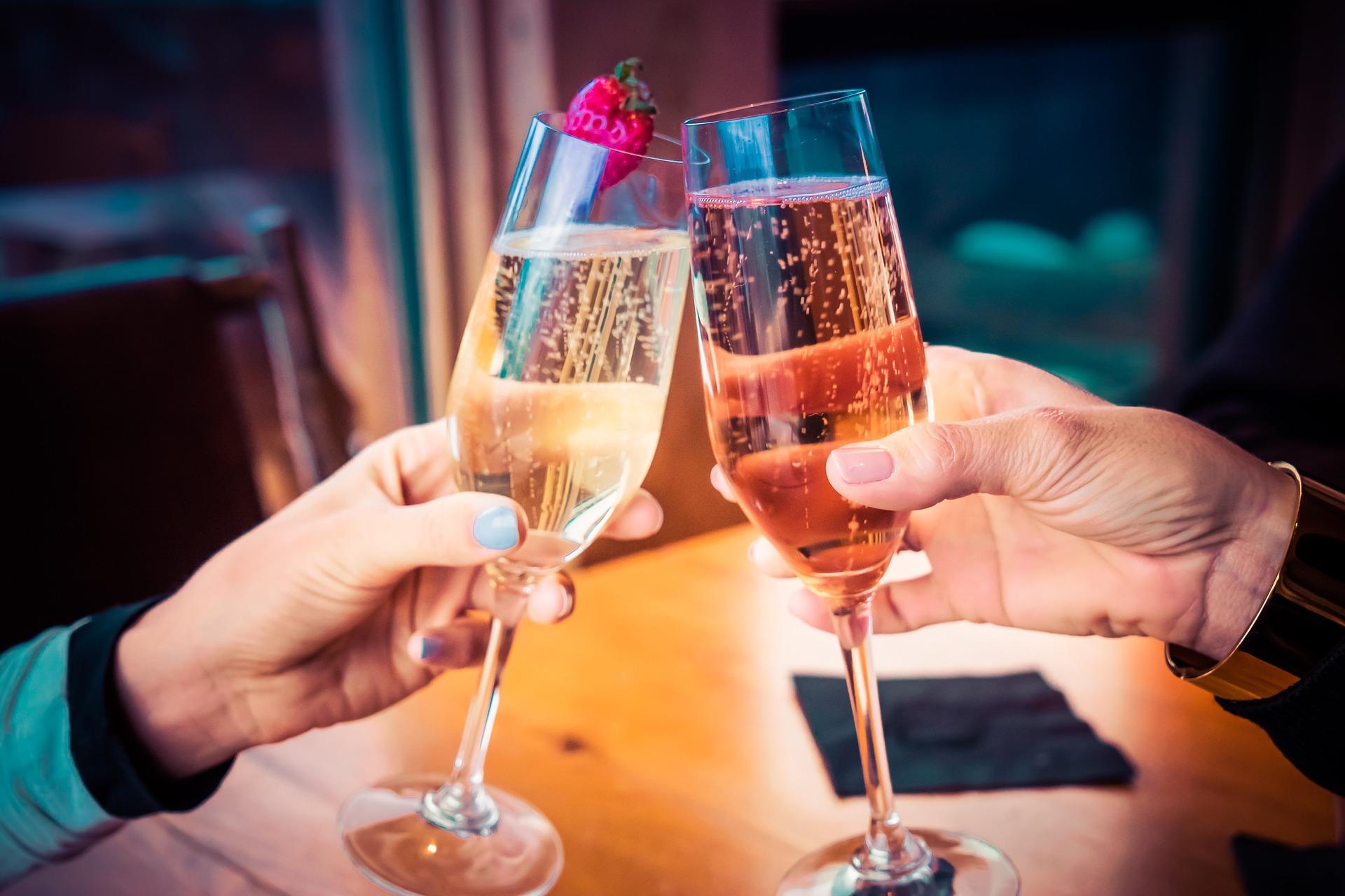 <p>Z okazji różnych okoliczności i świąt wznosimy toasty. Poradziłbyś sobie z nimi zagranicą?</p>
