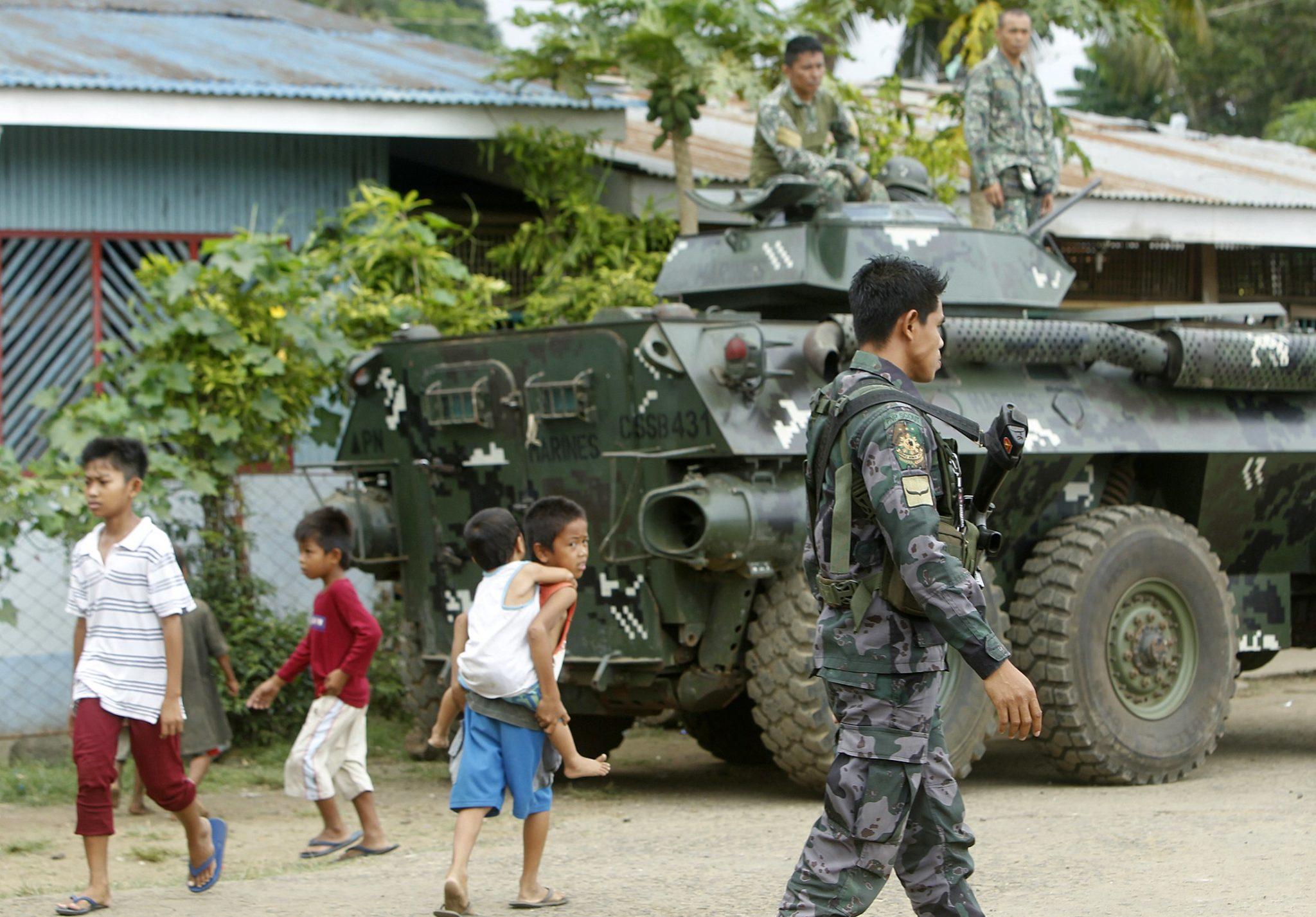 Filipiny: mobilizacja filipińskiej armii na wyspie Sulos (foto. PAP/EPA/BEN HAJAN)