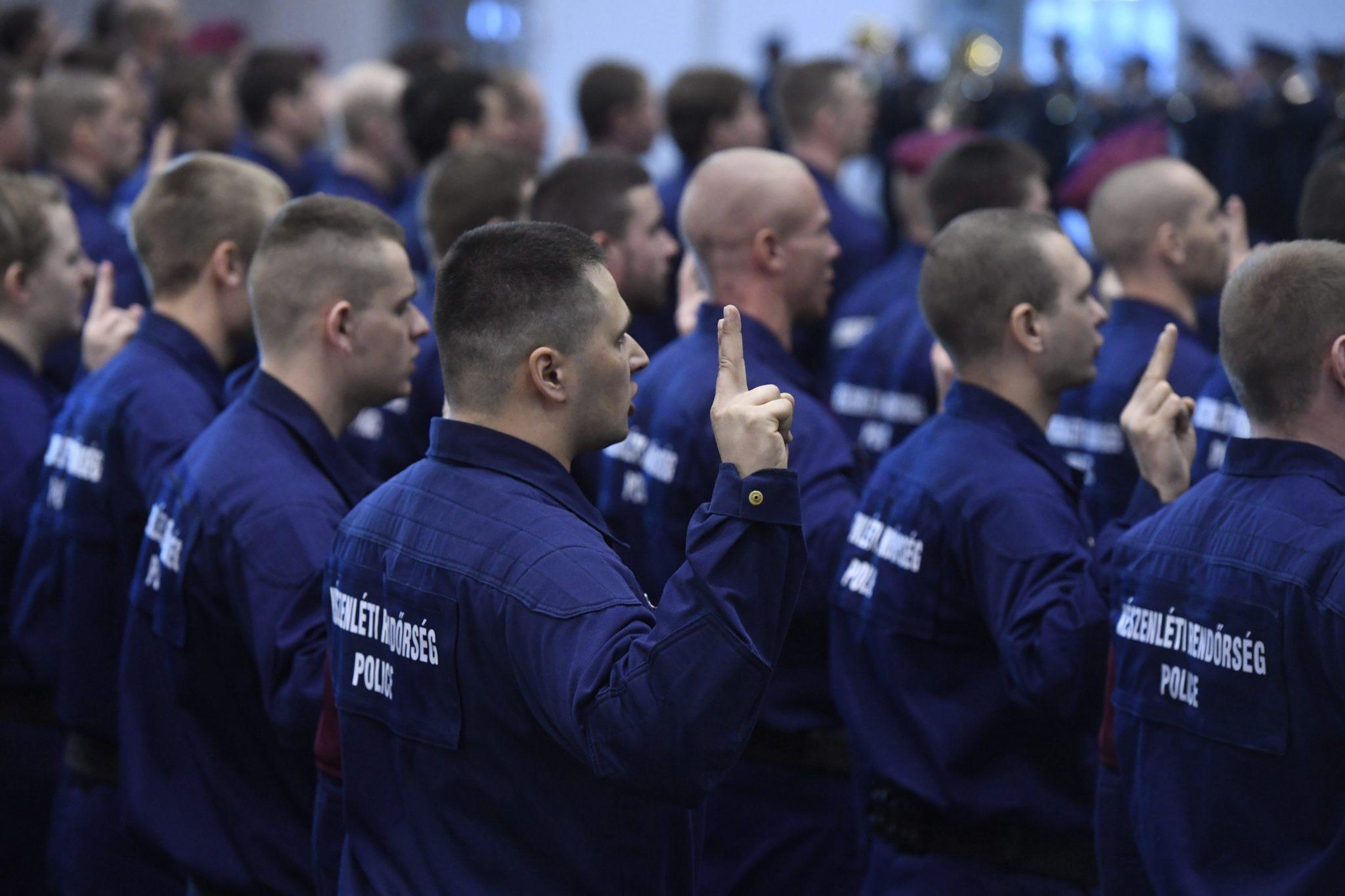 Węgry: ceremonia zaprzysiężenia nowych członków straży granicznej w Budapeszcie (foto. PAP/EPA/SZILARD KOSZTICSAK)