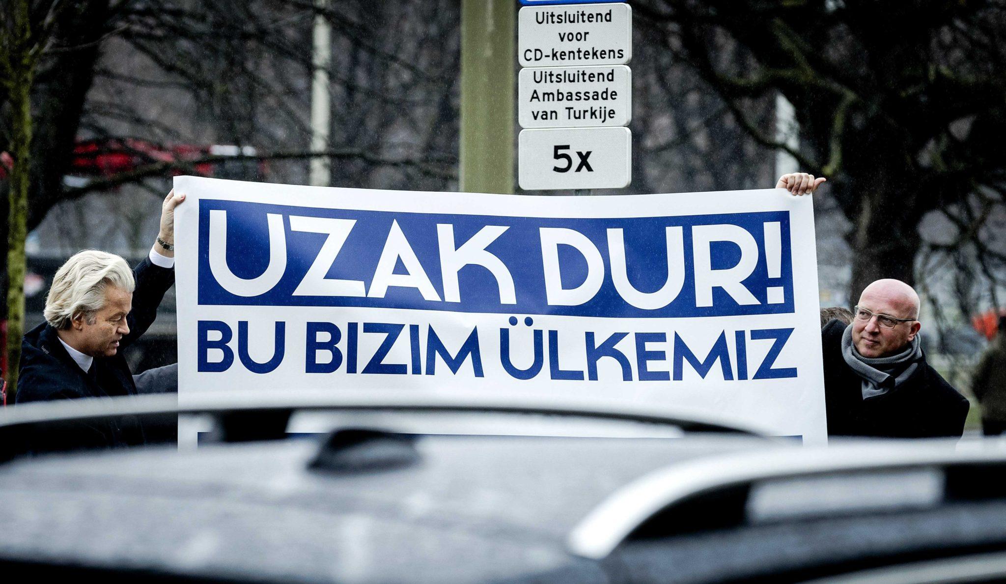 Holandia: protest przeciwko polityce Turcji przed turecką ambasadą w Hadze (foto. PAP/EPA/ROBIN VAN LONKHUIJSEN)