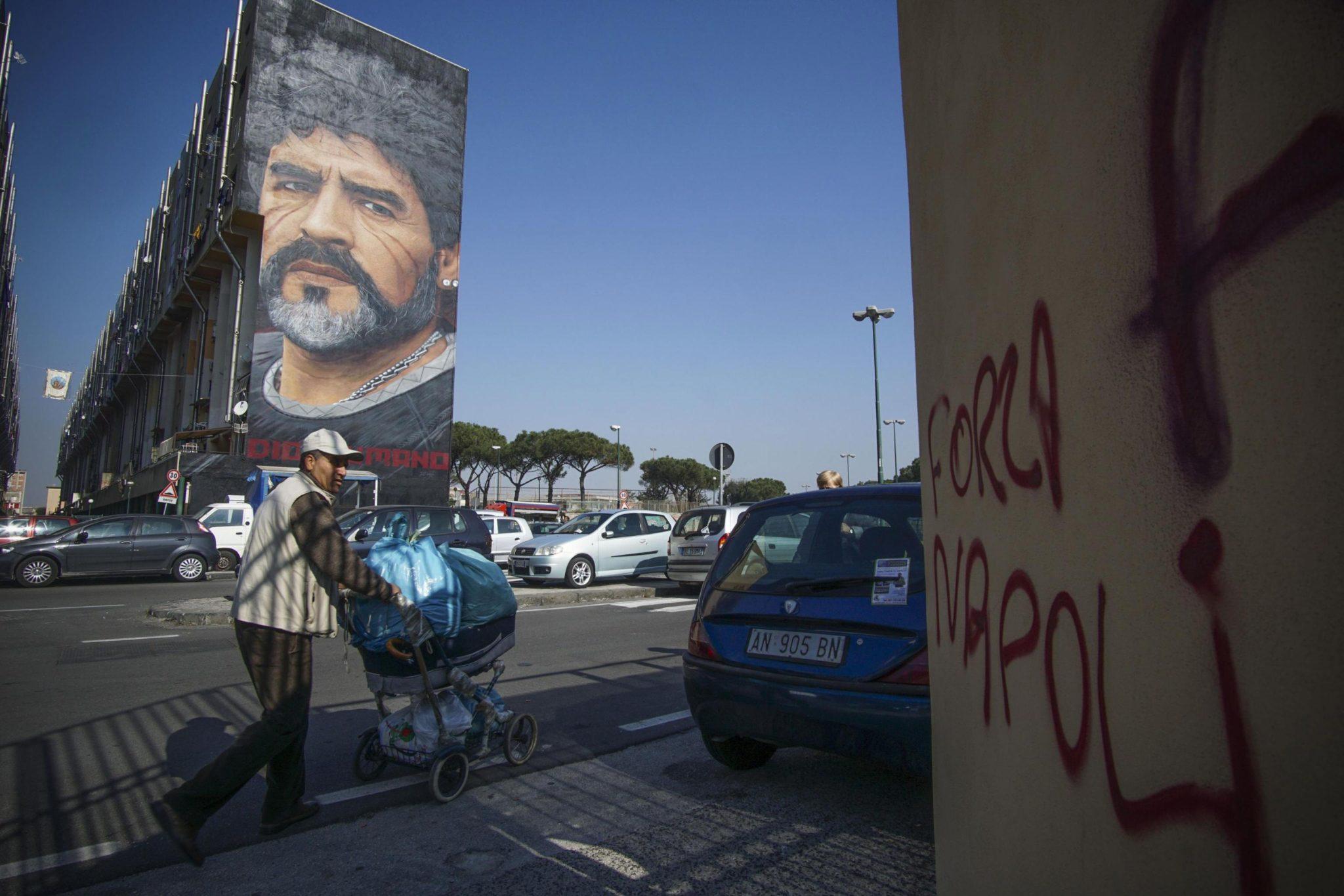 Włochy: postać Diego Maradony na miejskim muralu w Neapolu (foto. PAP/EPA/CESARE ABBATE)