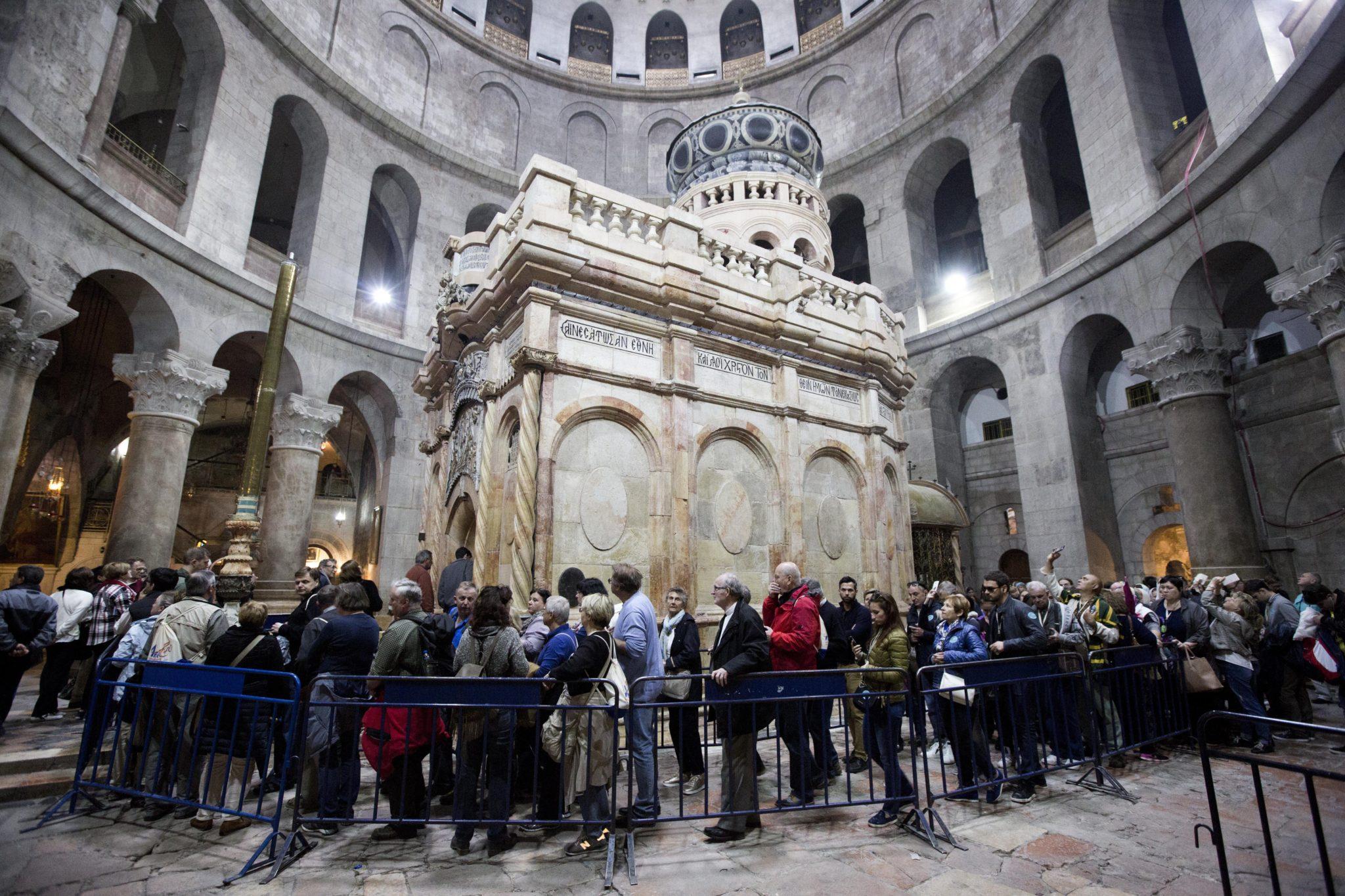Izrael: pielgrzymki w Bazylice Grobu Pańskiego w Jerozolimie (foto. PAP/EPA/ABIR SULTAN)