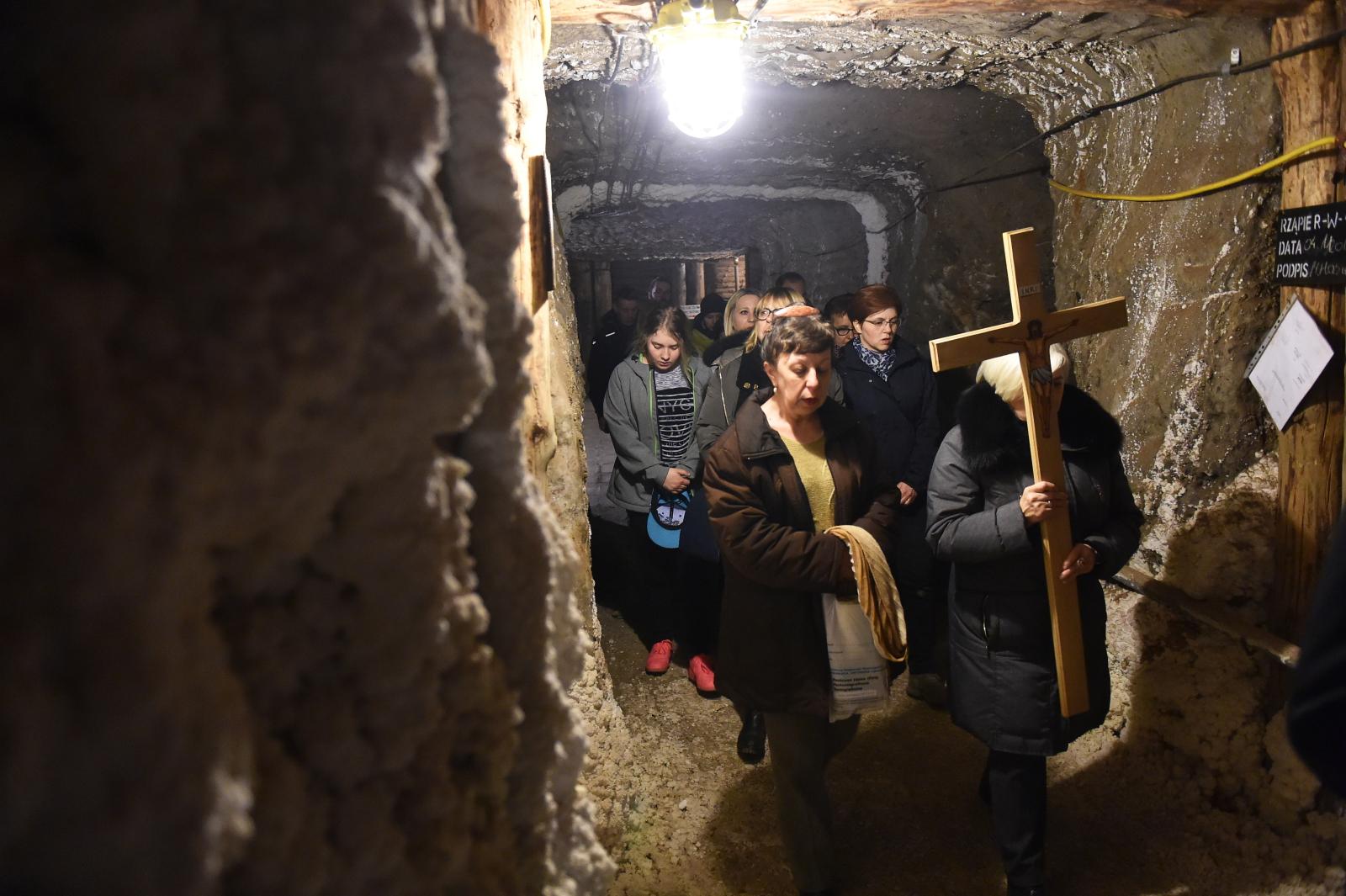 Inauguracja Drogi Krzyżowej w podziemiach Kopalni Soli Bochnia. Fot. PAP/Jacek Bednarczyk