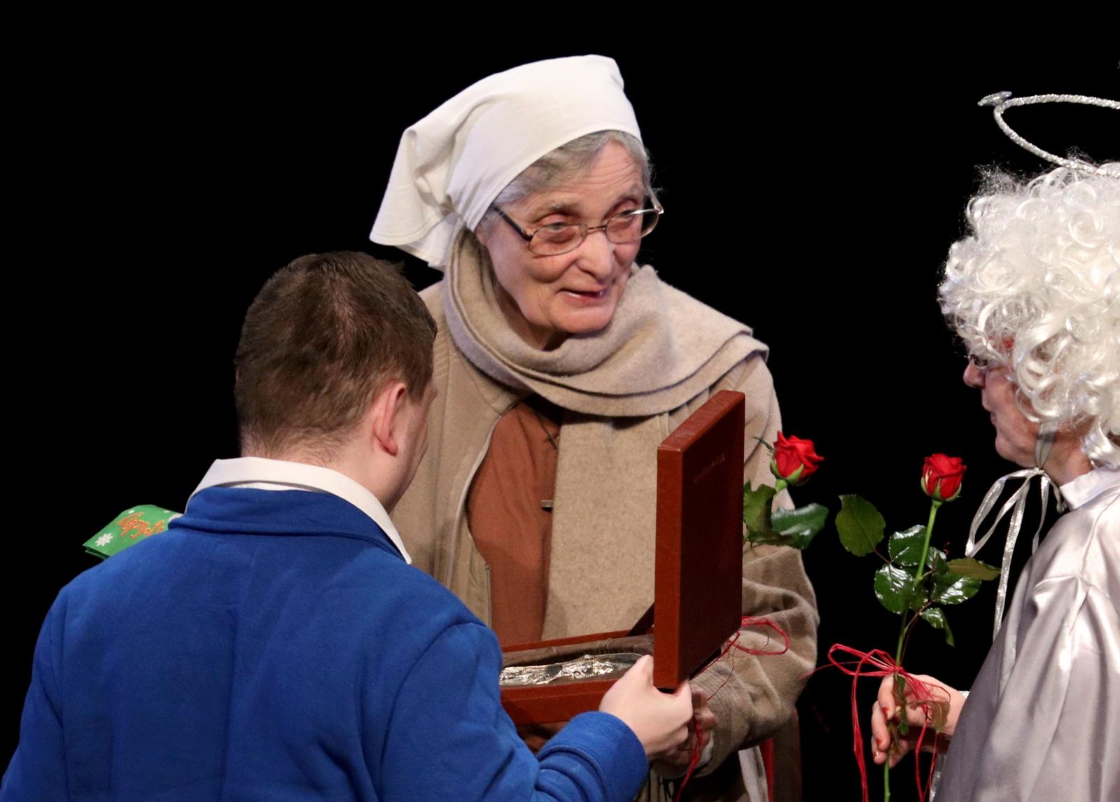 Wręczenie medali św. Brata Alberta za pracę na rzecz osób niepełnosprawnych odebrała m.in. s. Małgorzata Chmielewska. Fot. PAP/Stanisław Rozpędzik