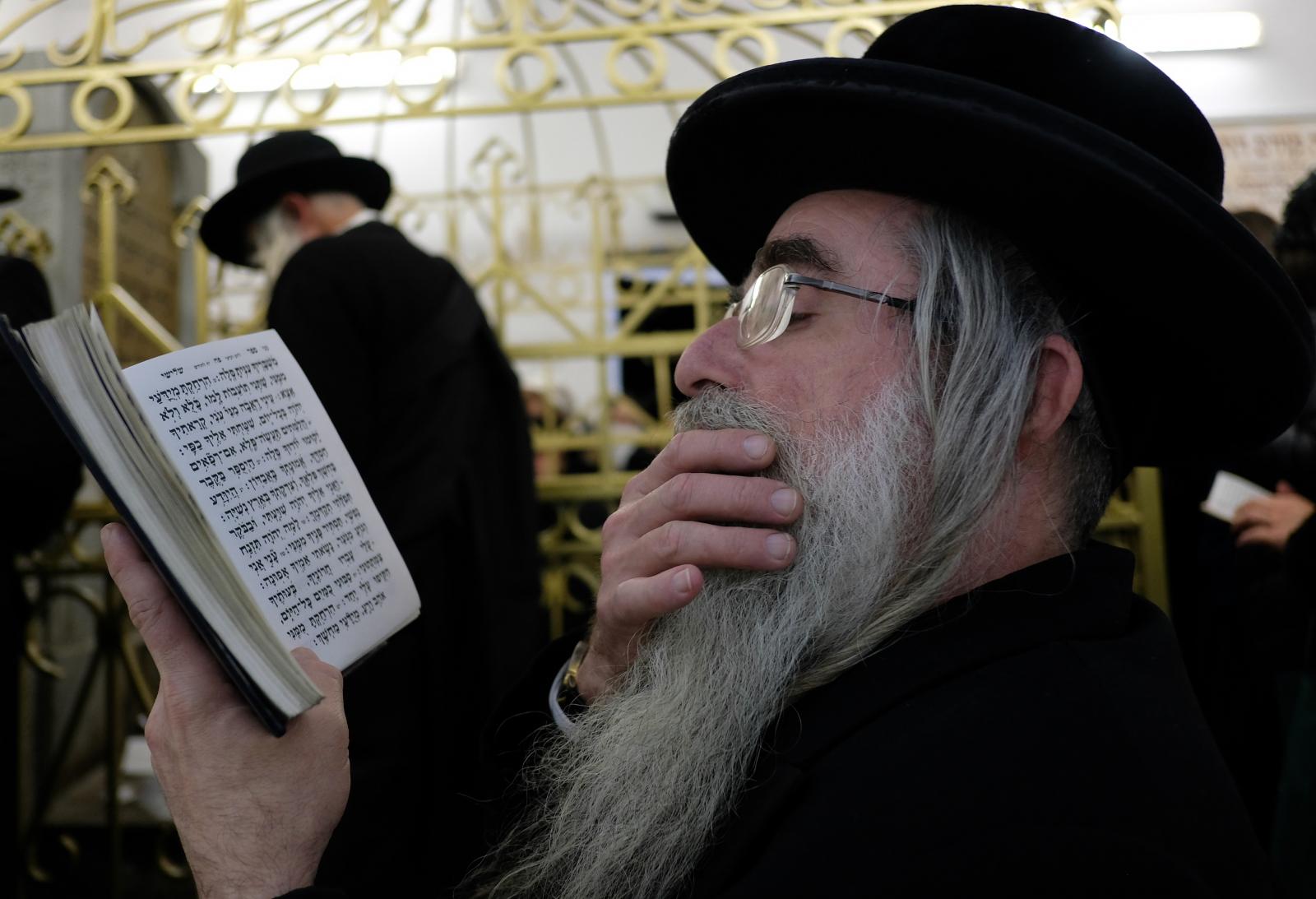 Żydzi z całego świata, którzy od piątku przybywają do Leżajska (Podkarpacie), aby wziąć udział w obchodach 230. rocznicy śmierci cadyka Elimelecha, modlą się przy jego grobie. Fot. PAP/Darek Delmanowicz