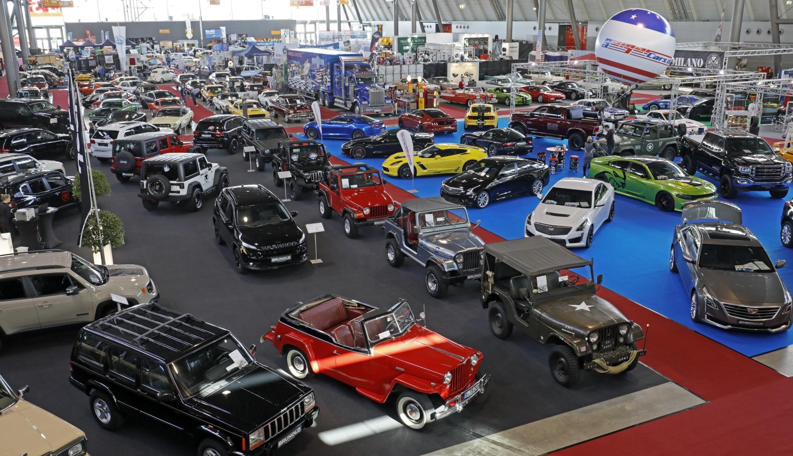 Targi samochodów z dawnych lat w Suttgart, w Niemczech. Fot. PAP/EPA/RONALD WITTEK