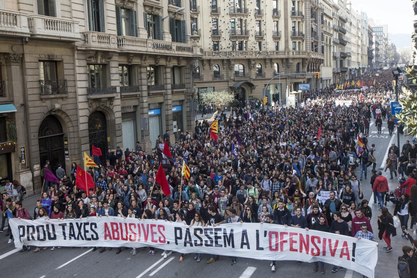 Ok. 4 tys. studentów protestowało w Barcelonie przeciwko podwyżkom opłat za studia. Fot. PAP/EPA/QUIQUE GARCÍA