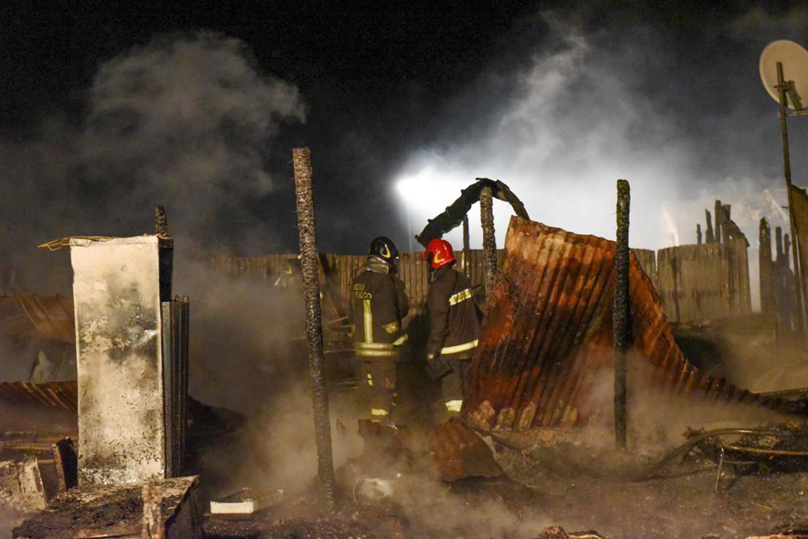 Pożar w obozie dla uchodźców w Rignano Garganico we Włoszech. Fot. PAP/EPA/FRANCO CAUTILLO