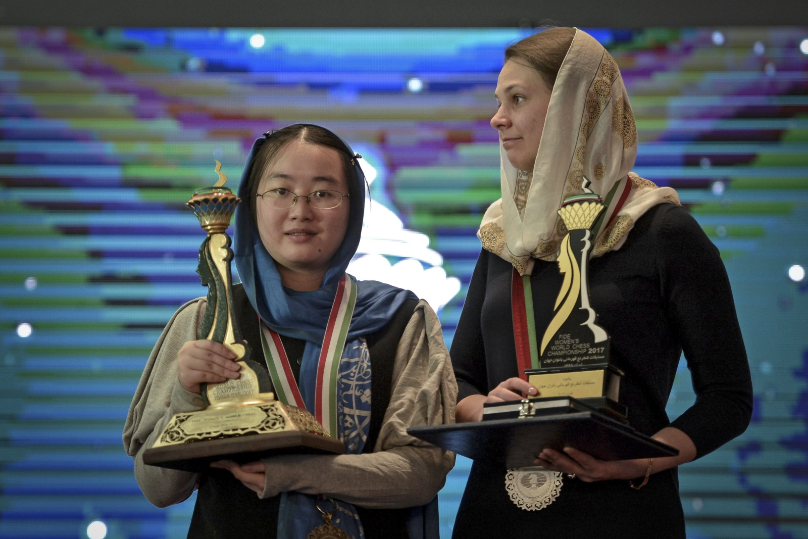 Chinka Tan Zhongyi - zwyciężczyni Żeńskiego Światowego Turnieju Szachowego w Iranie oraz Anna Muzychuk z Ukrainy, która zajęła drugie miejsce. Fot. PAP/EPA/STRINGER
