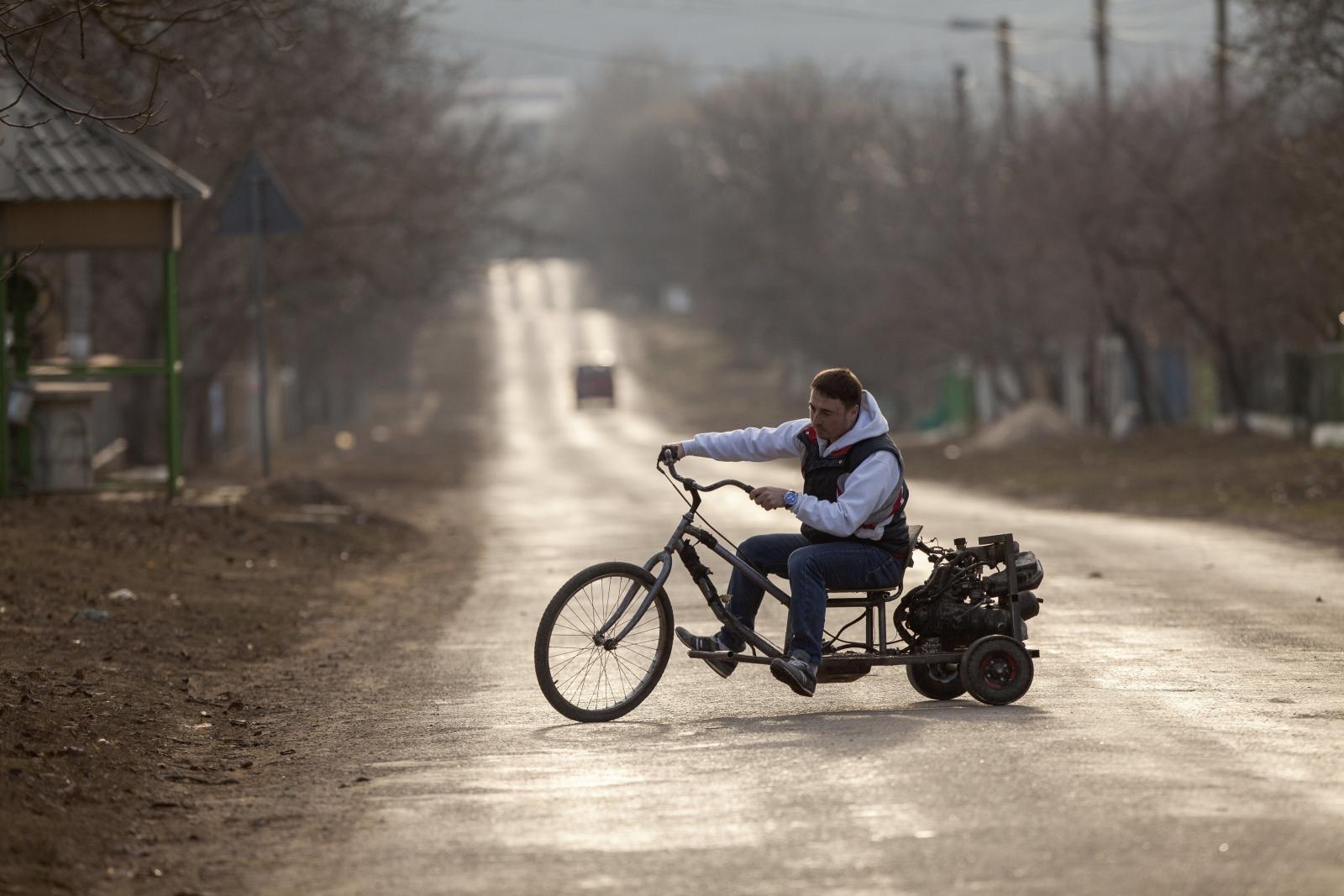 Mężczyzna testuje swój ręcznie robiony motocykl w wiosce Ivancea, niedaleko Kiszyniowa, Mołdawia.
