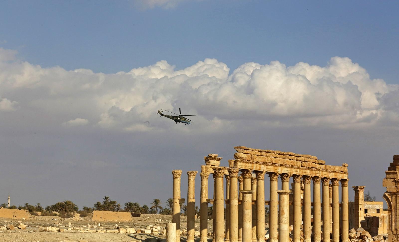 Rosyjski śmigłowiec wspomagający syryjską armię przelatuje nad zabytkami Palmiry.