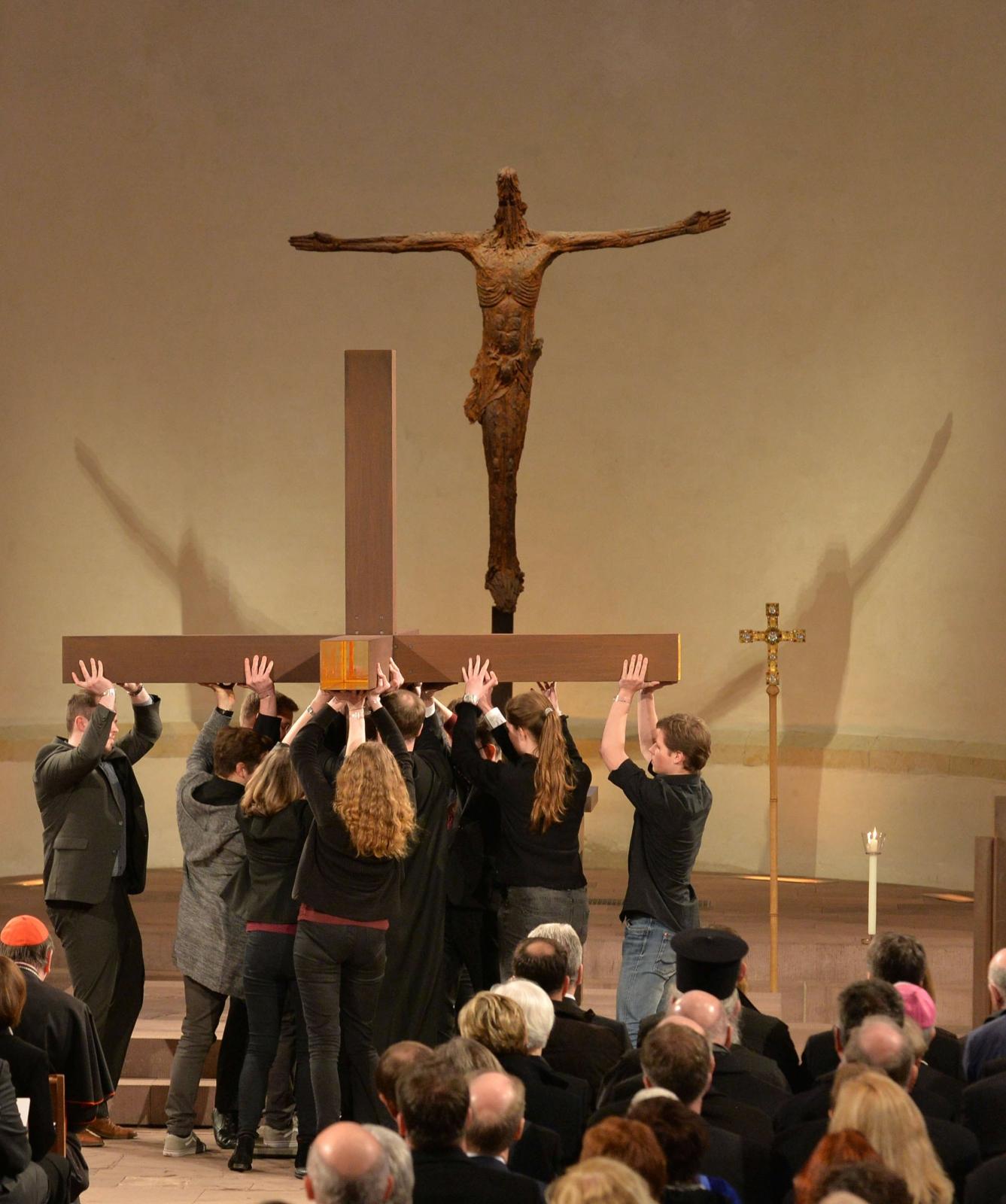 Protestancka i katolicka młodzież w trakcie ekumenicznego nabożeństwa odprawianego z okazji 500-lecia reformacji.