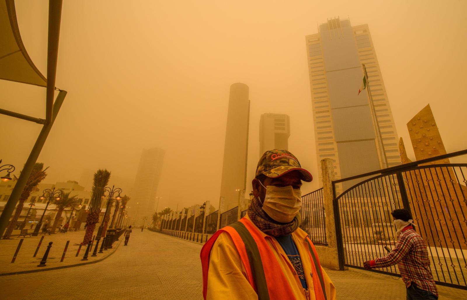 Burza piaskowa w Kuwejcie. Fot. PAP/EPA/RAED QUTENA