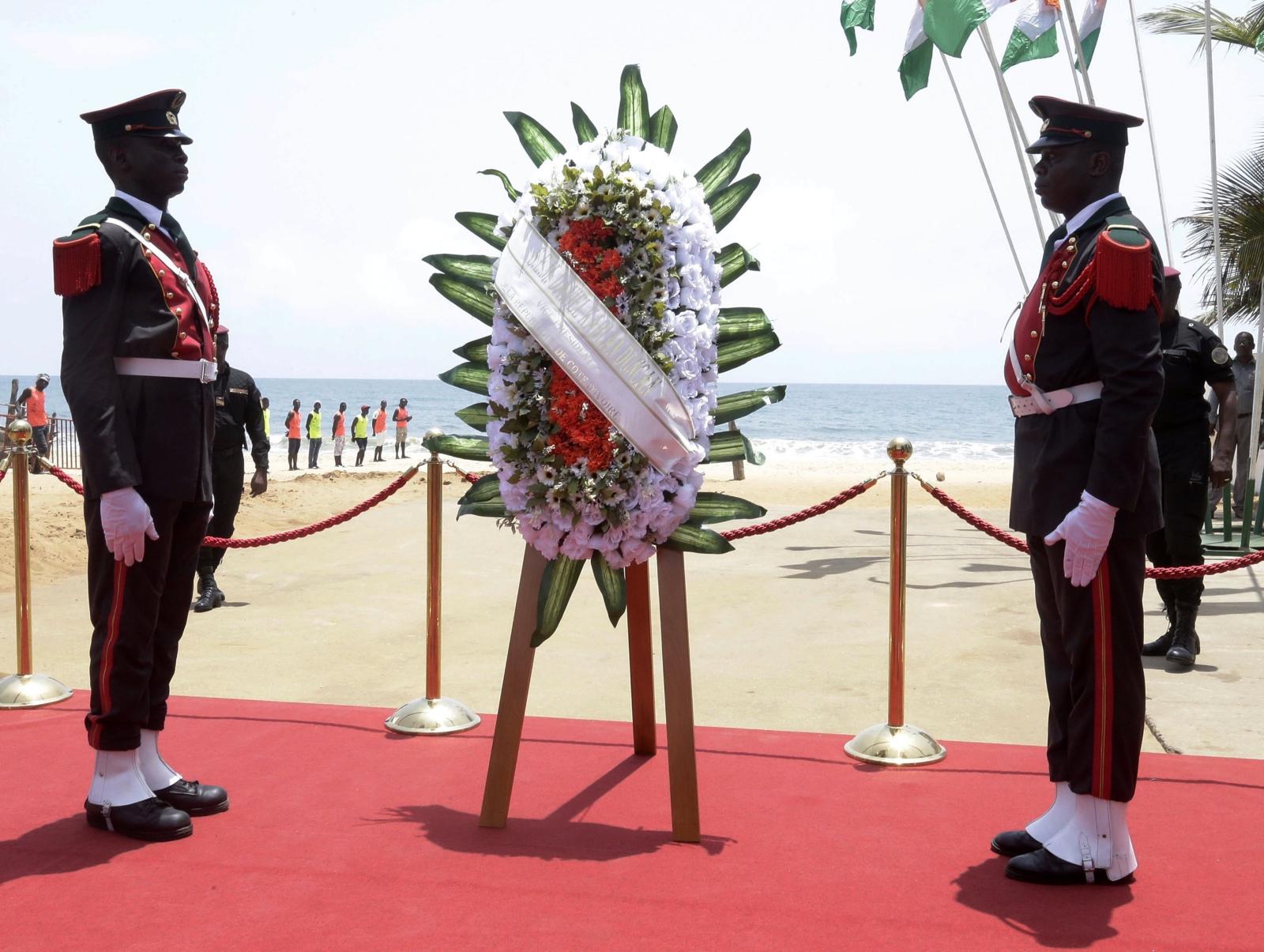 Upamiętnienie ofiar ataku terrorystycznego na Grand Bassam w 2016r. na Wybrzeżu Kości Słoniowej. Fot. PAP/EPA/LEGNAN KOULA