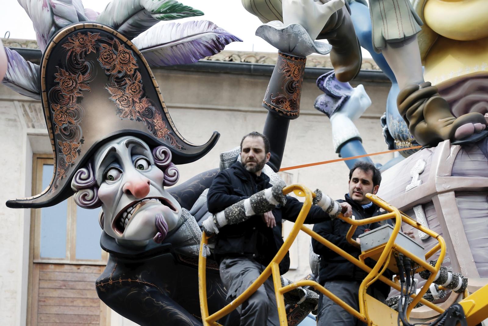 Artyści pracują nad zniszczonymi w wyniku złej pogody drewnianymi rzeźbami w Walencji, Hiszpania.