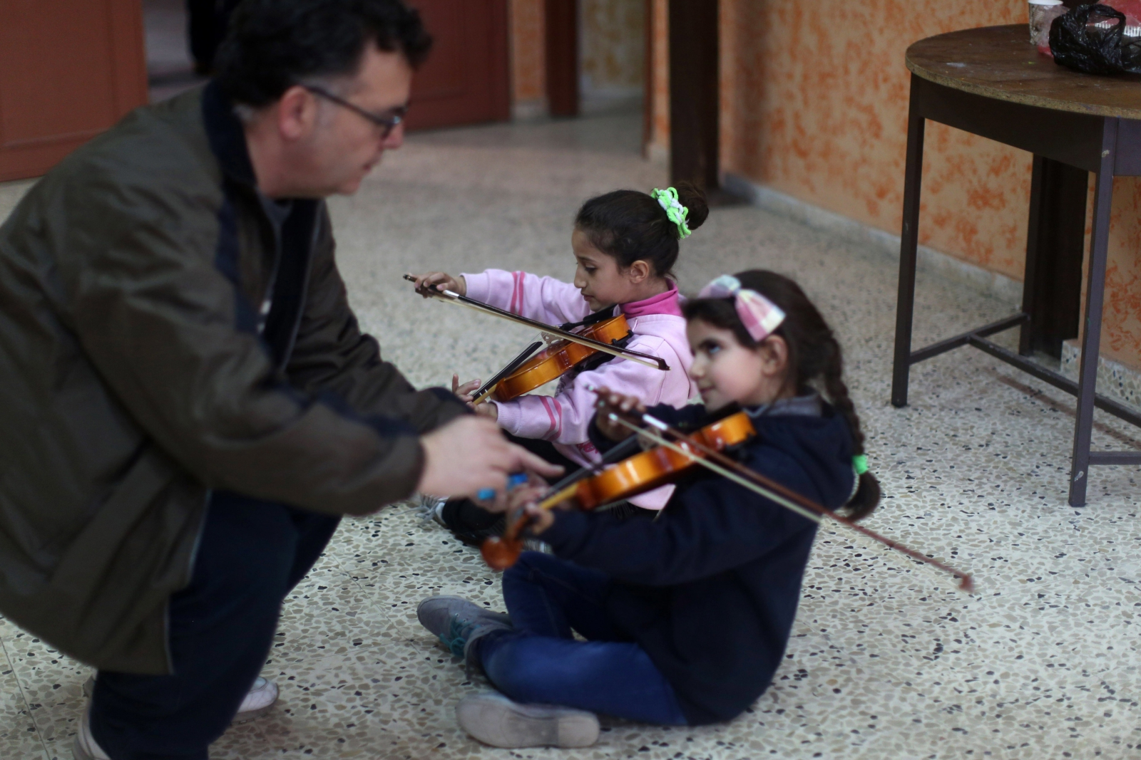 Palestyński muzyk Habib al-Deik instruuje dzieci w obozie dla uchodźców Askar w pobliżu miasta Nablus na Zachodnim Brzegu.