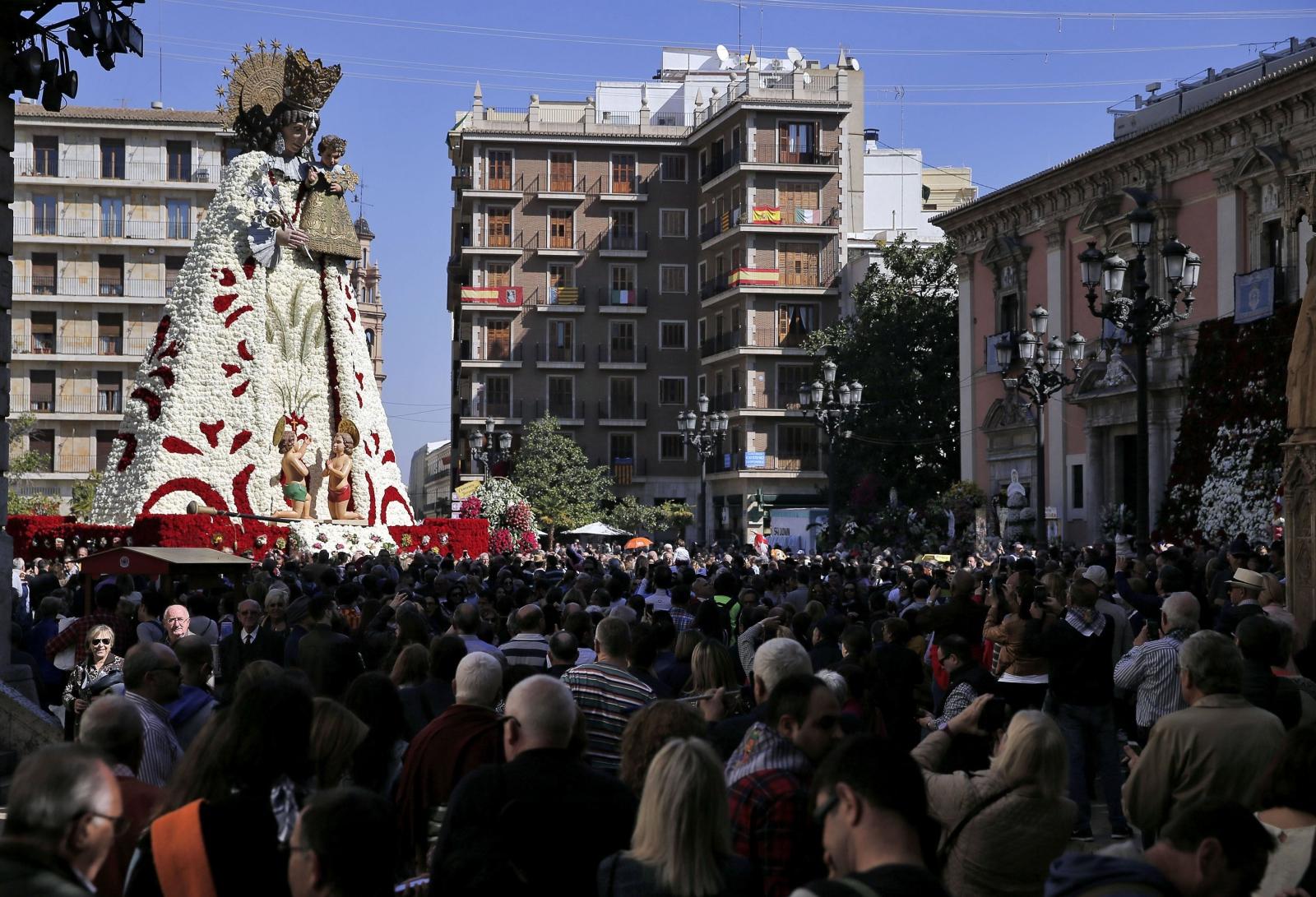Tłum gromadzi się wokół Dziewicy Bezradnych, Walencja, Hiszpania.
