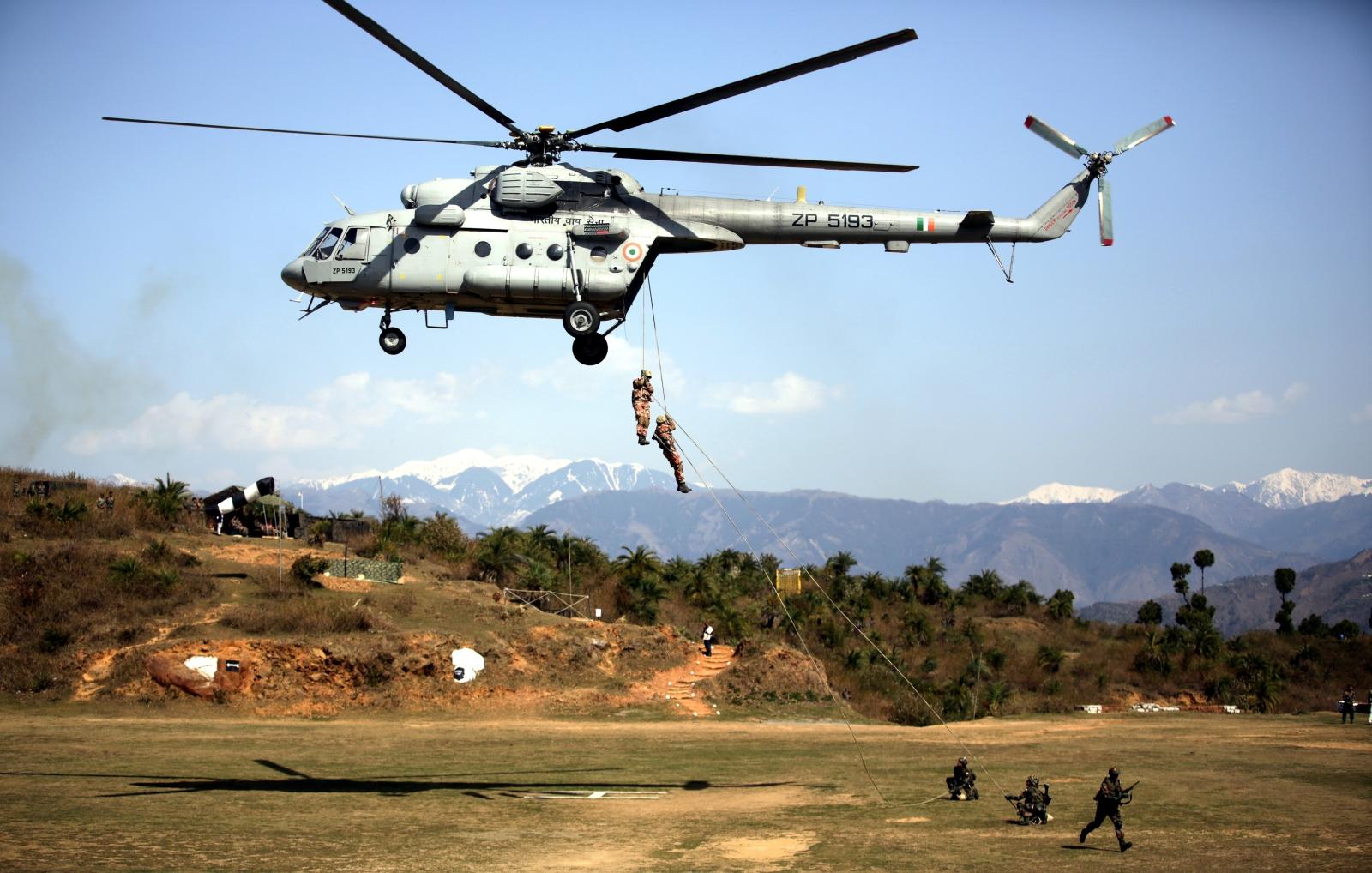Omańska i indyjska armia w trakcie ćwiczeń.