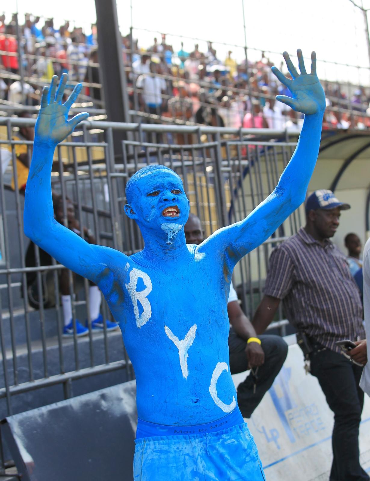 Fan liberyjskiego zespołu przed meczem kwalifikacyjnym.