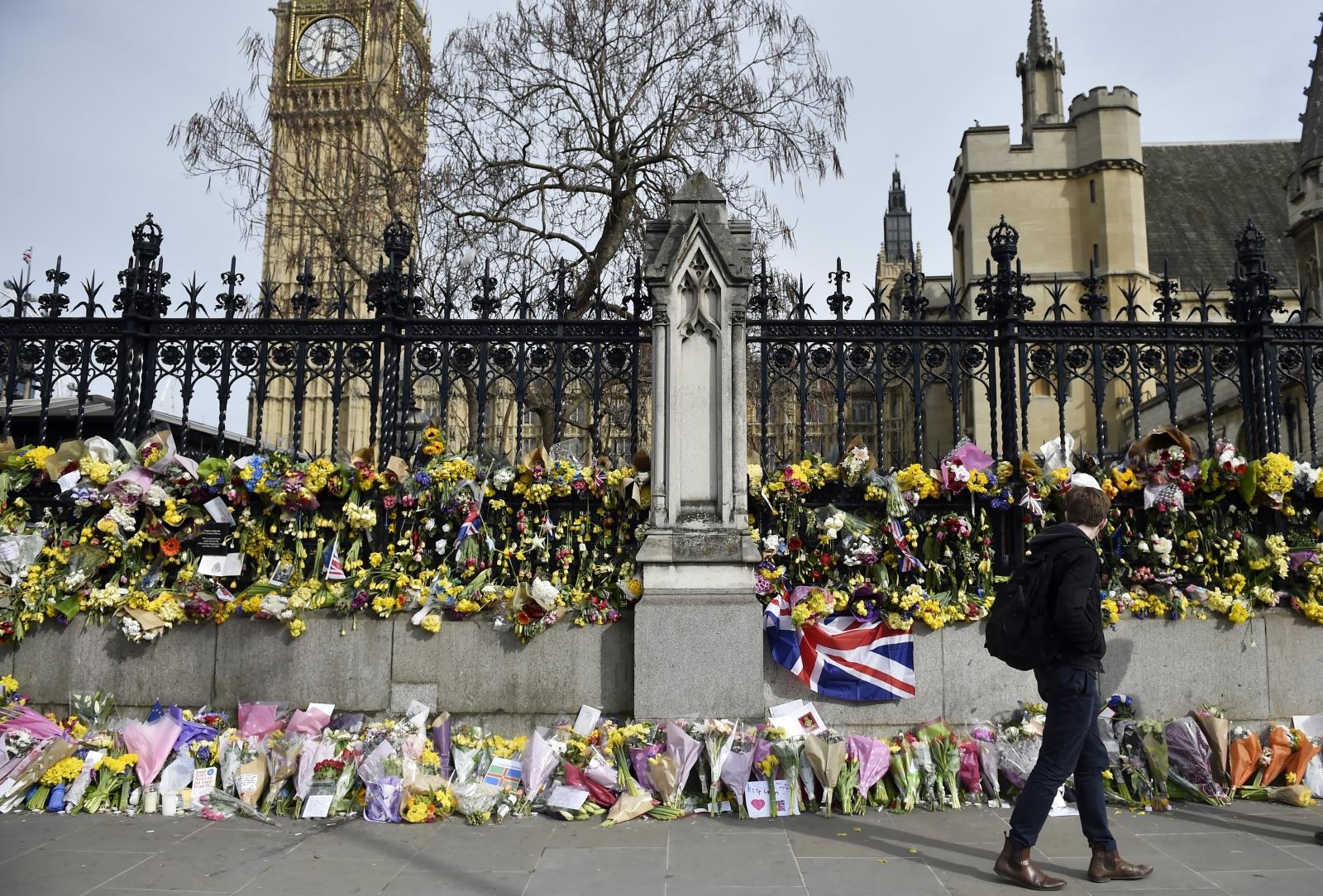 Ludzie oddają hołd ofiarom londyńskiego ataku.