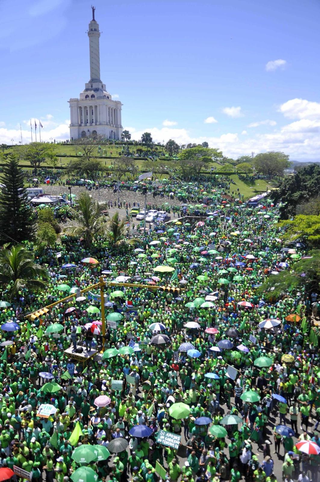 Tysiące ludzi protestują przeciwko korupcji w rządzie, Santiago, Dominikana.