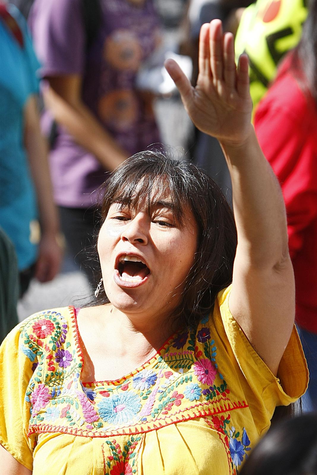Kobieta dołącza do tysięcy osób domagających się zakończenia prywatnego finansowania emerytur w Santiago, Chile.