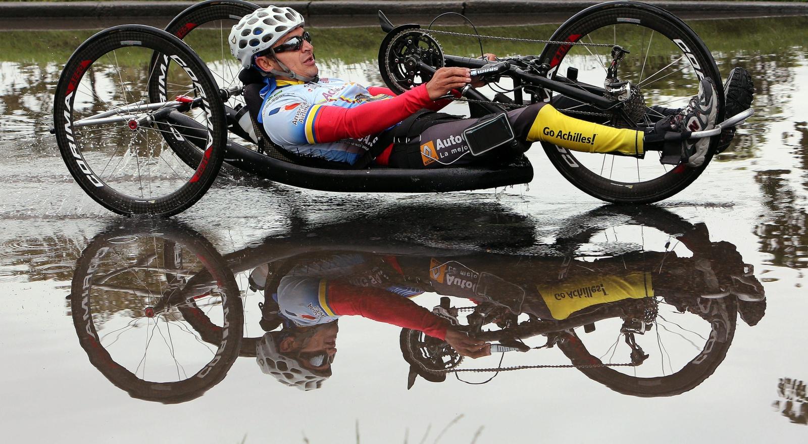 Niepełnosprawny bierze udział w Wyścigu Bohaterów wspierającym weteranów wojskowych i policyjnych, Bogota, Kolumbia