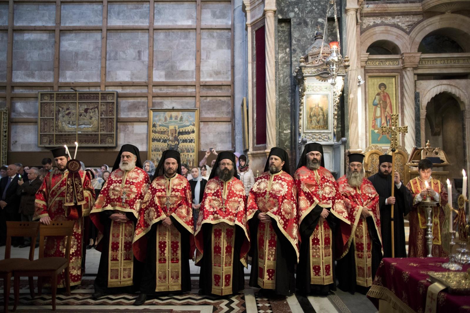 Greccy mnisi prawosławni w trakcie mszy w kaplicy Groby Bożego w Jerozolimie, Izrael.