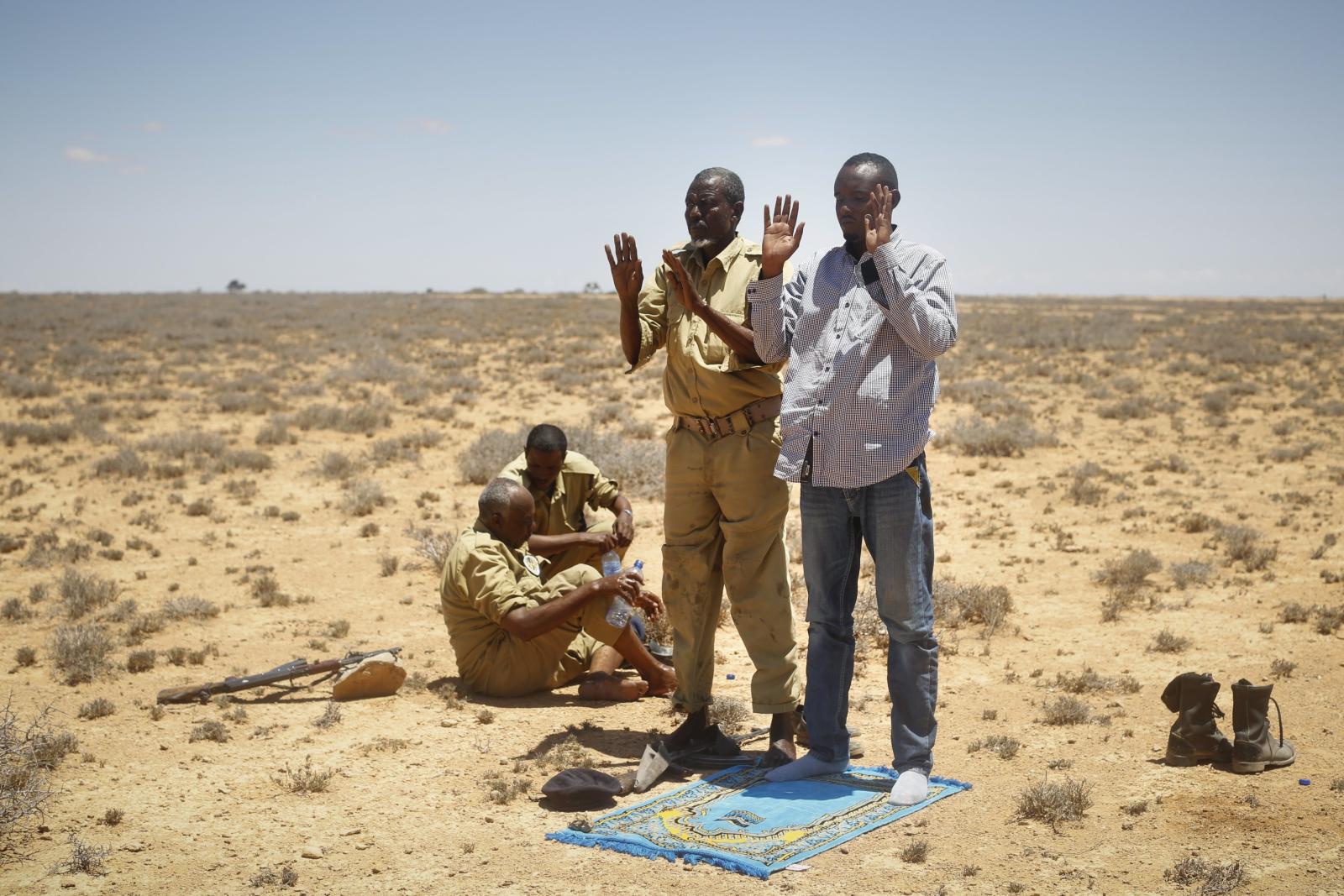 Somalijscy żołnierze w trakcie modlitwy.