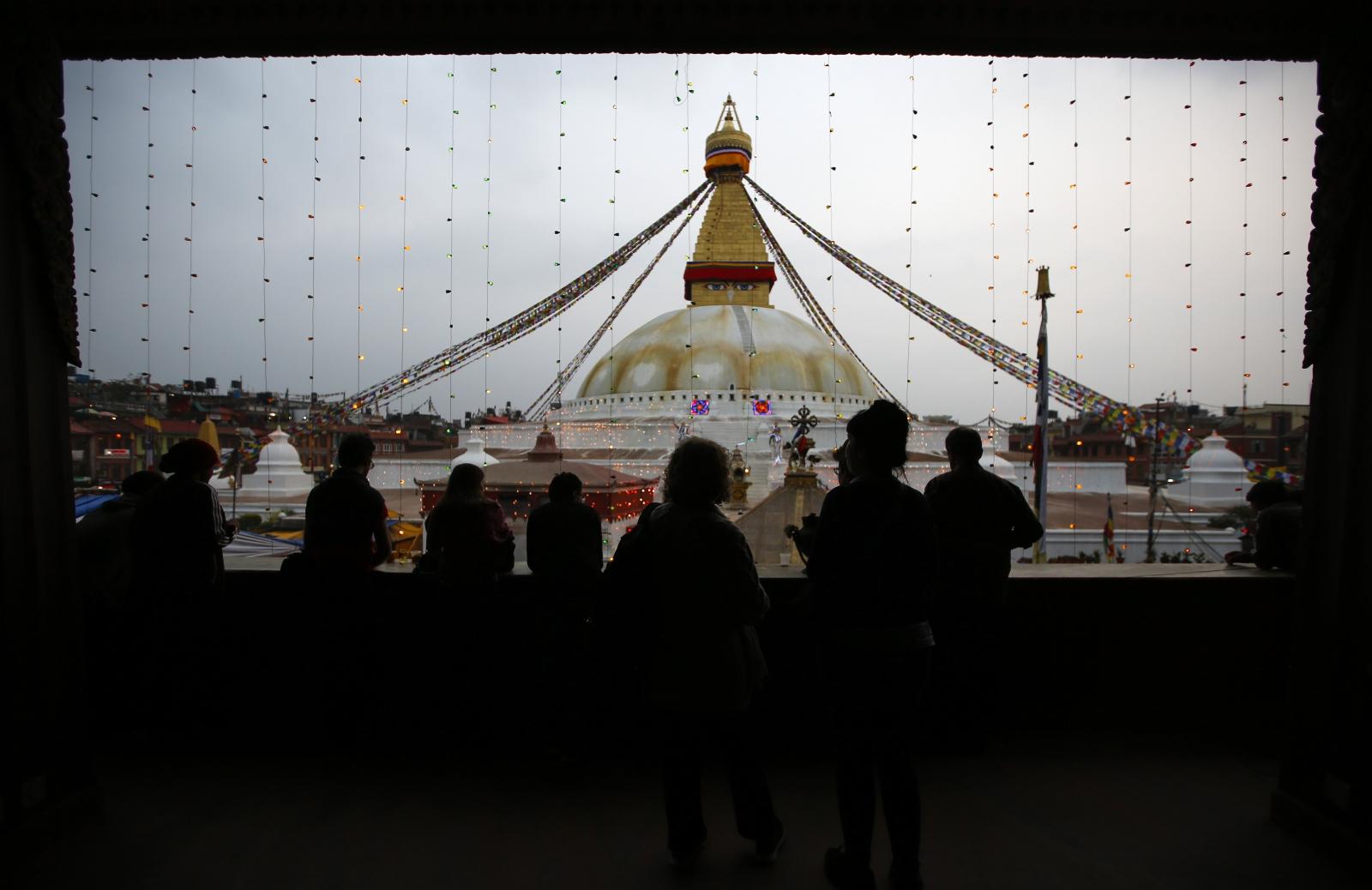Modlitwy buddyjskie w wigilię święta Boudhanath stupa w Nepalu. Fot. PAP/EPA/NARENDRA SHRESTHA