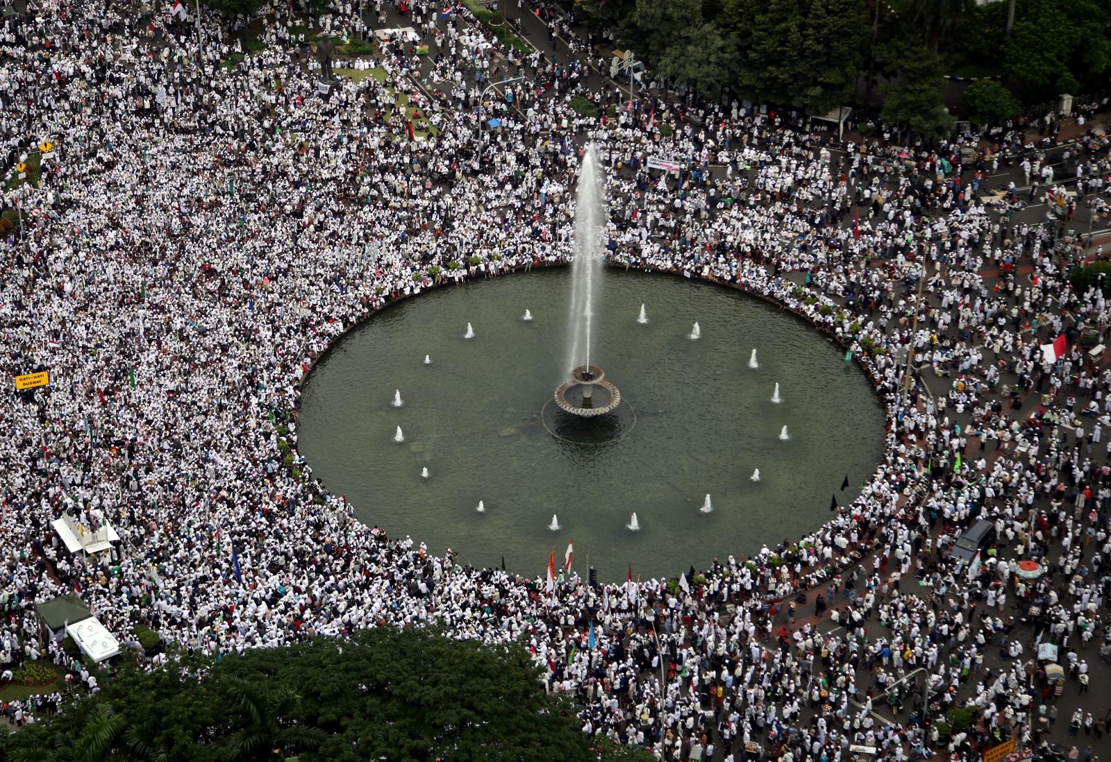 Muzułmański protest przeciwko zarządcy Jakarty w Indonezji. Fot. PAP/EPA/BAGUS INDAHONO