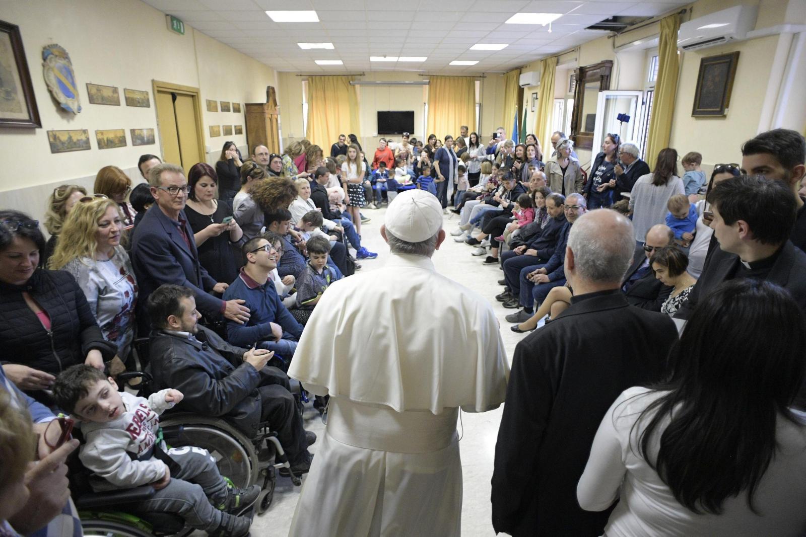 Papież odwiedził niewidomych w ośrodku w Rzymie. Fot. PAP/EPA/L'OSSERVATORE ROMANO