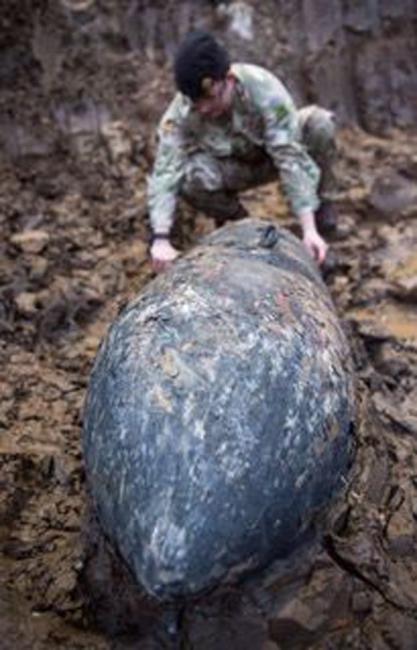 W Wielkiej Brytanii znaleziono bombę z II wojny światowej. Fot. PAP/EPA/BRITISH MINISTRY OF DEFENCE