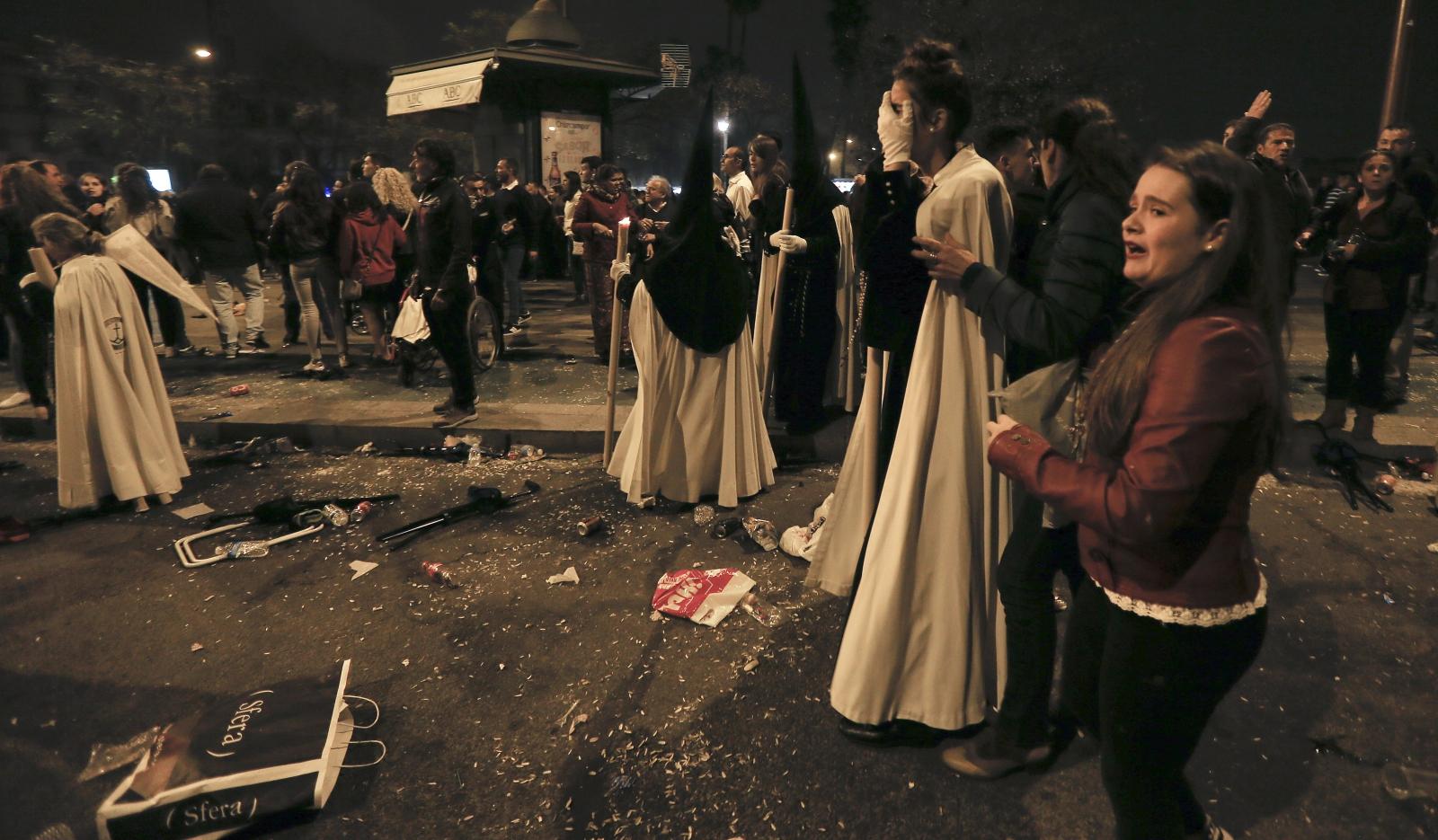 """Panika na moście Triana podczas """"Madrugi"""" podczas procesji w Sewilli, na południu Hiszpanii. Fot. EPA/JOSE MANUEL VIDAL"""