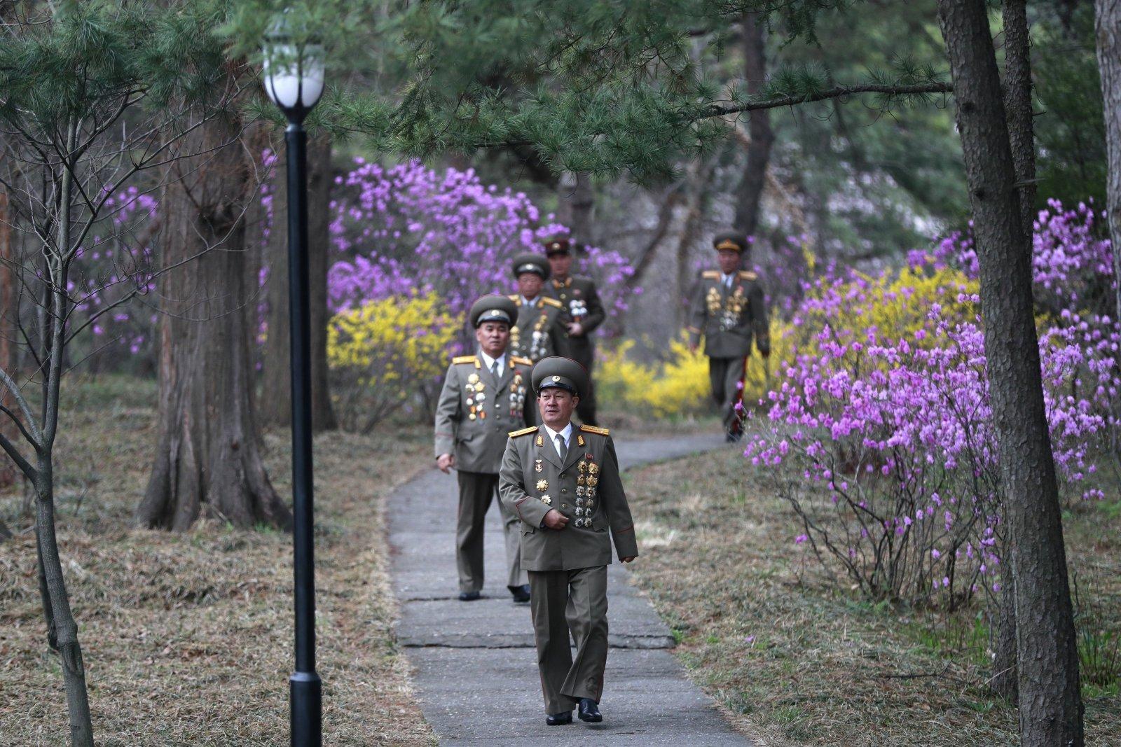 Żołnierze w Korei Północnej odwiedzają Kim Ir Sen Dom w Phenian, Korea Północna. Fot. EPA/HOW HWEE YOUNG