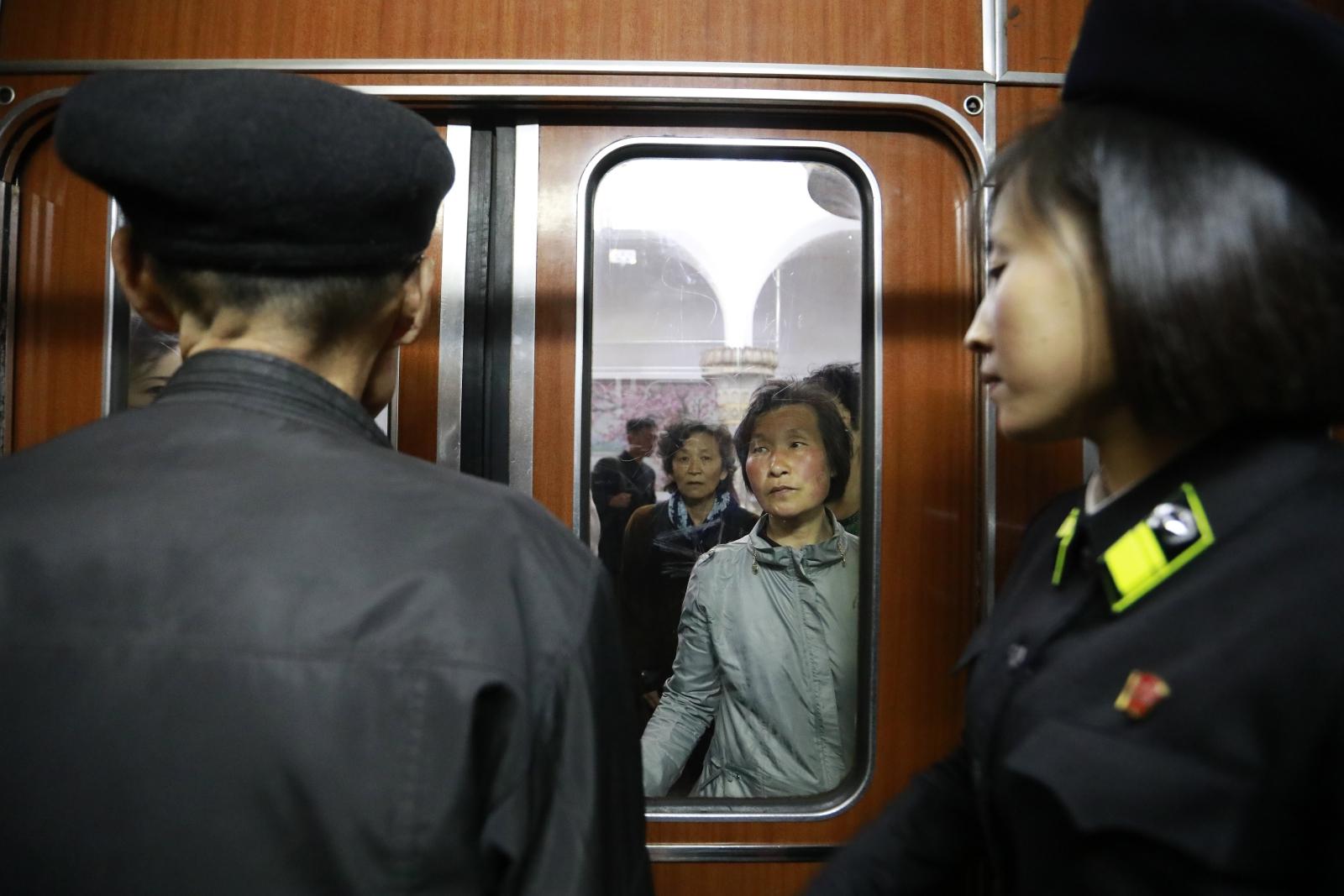Koreańczycy w pociągu na stacji kolejowej metra w Pyongyang, Korea Północna. Fot. EPA/HOW HWEE YOUNG