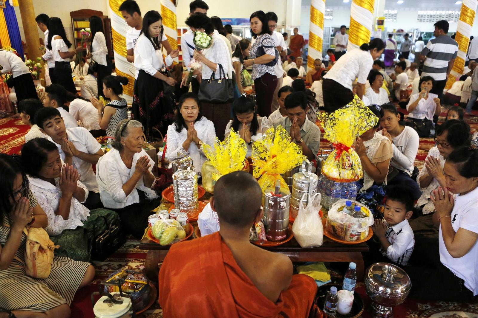 Kambodżanie modlą się za buddyjskiego mnicha podczas Khmer - Nowego Roku w pagoda w Phnom Penh w Kambodży. Fot. EPA/KITH SEREY