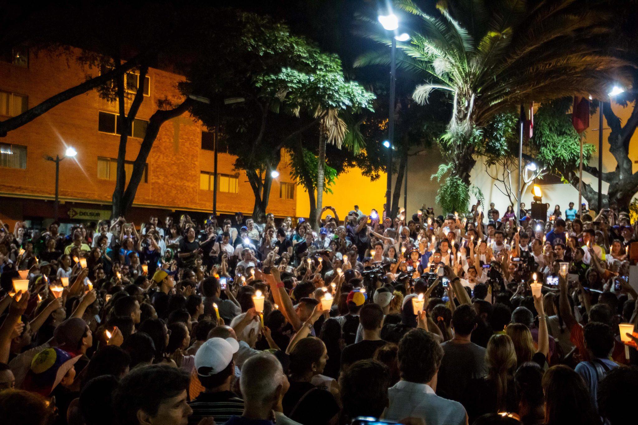 Wenezuela: pokojowa manifestacja, połączona z modlitwą w intencji studentów, zabitych podczas antyrządowej manifestacji w Caracas (foto. PAP/EPA/MIGUEL GUTIERREZ)