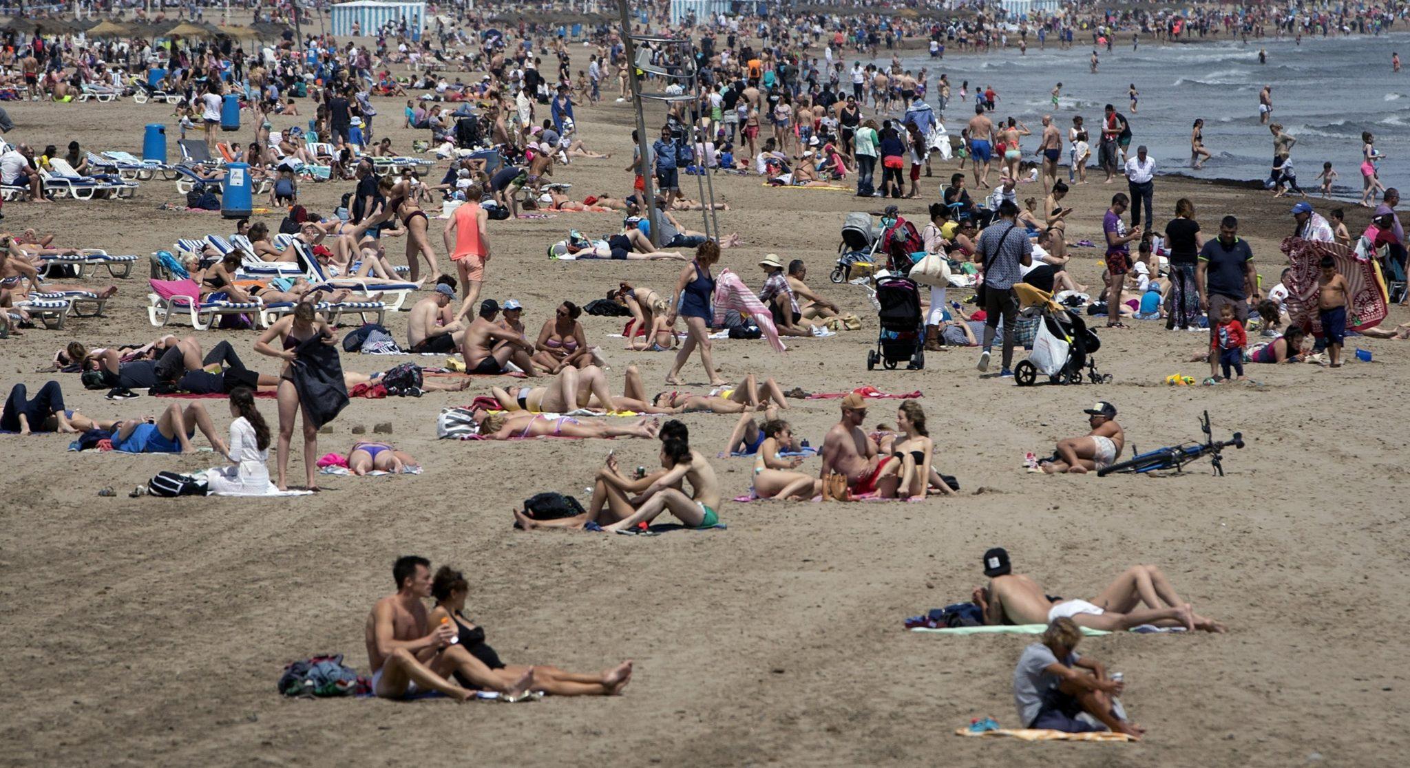 Hiszpania: turyści na plaży, w upalne popołudnie w Walencji (foto. PAP/EPA/Kai Foersterling)
