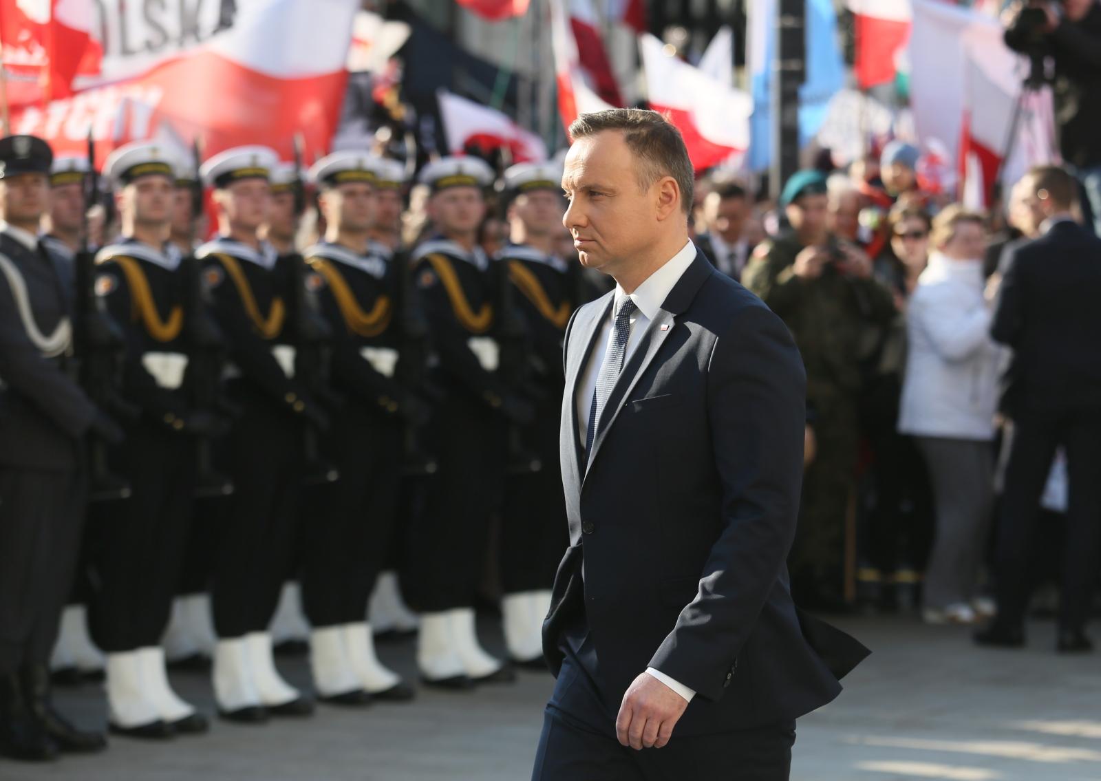 Obchody 7. rocznicy katastrofy smoleńskiej - prezydent Andrzej Duda podczas uroczystości przed Pałacem Prezydenckim.