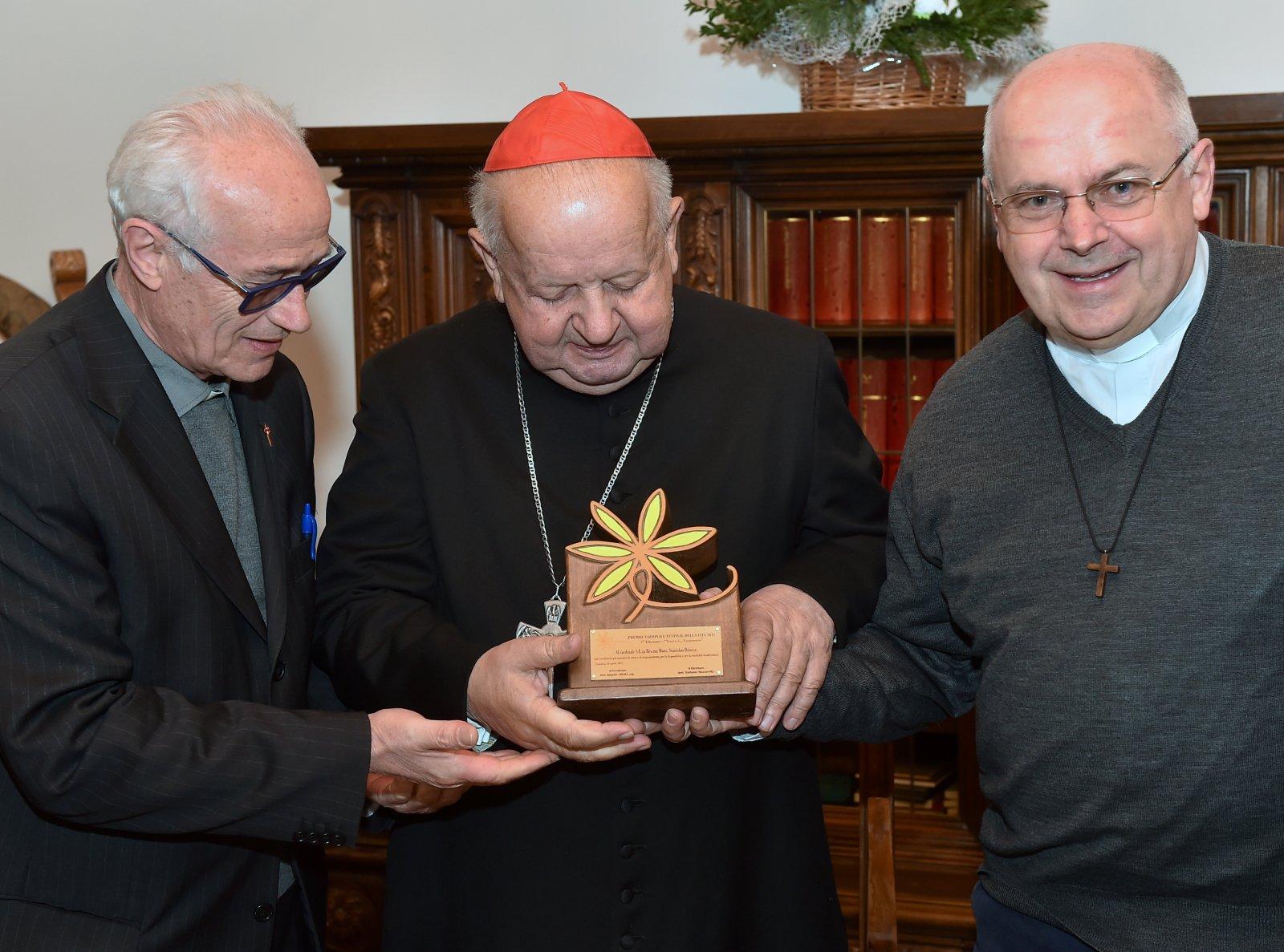 Kardynał Dziwisz odebrał w Krakowie nagrodę Premio Festival della Vita 2017  przyznawaną przez włoski Festiwal Życia. Fot. PAP/Jacek Bednarczyk