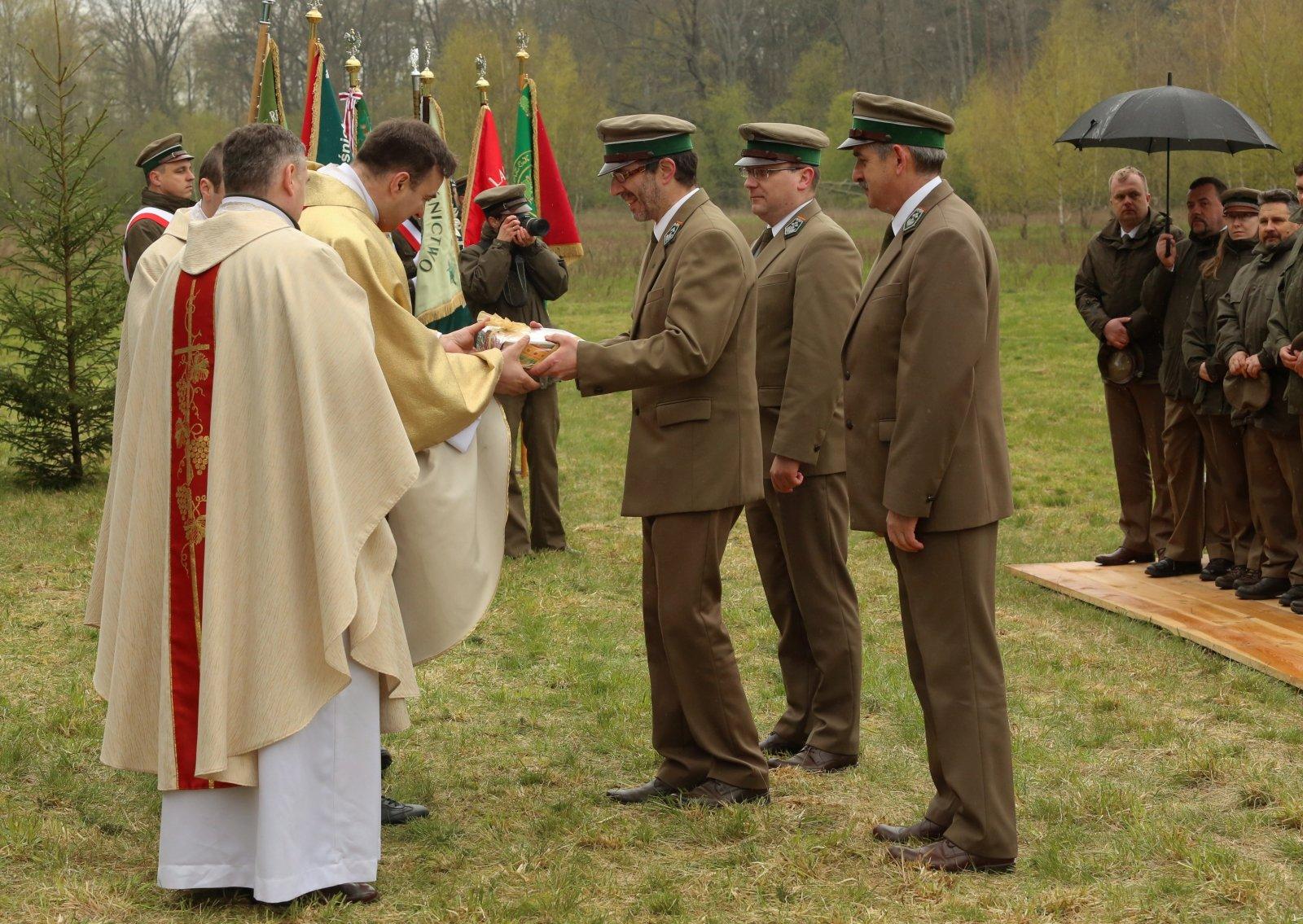 Leśnicy składają dary księżom celebrującym mszę podczas regionalnych obchodów Święta Lasu, w nadleśnictwie Olsztyn. PAP/Tomasz Waszczuk